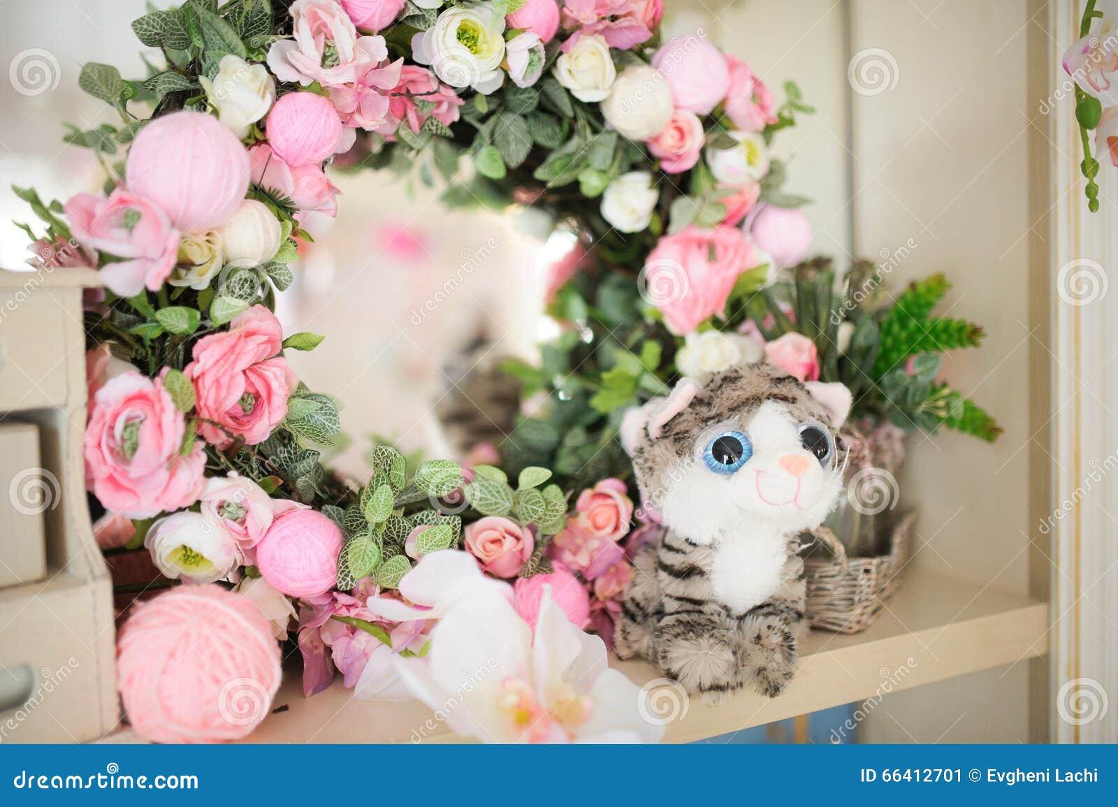 chat de d cor d 39 anniversaire ou de f te de naissance avec des fleurs image stock image du. Black Bedroom Furniture Sets. Home Design Ideas