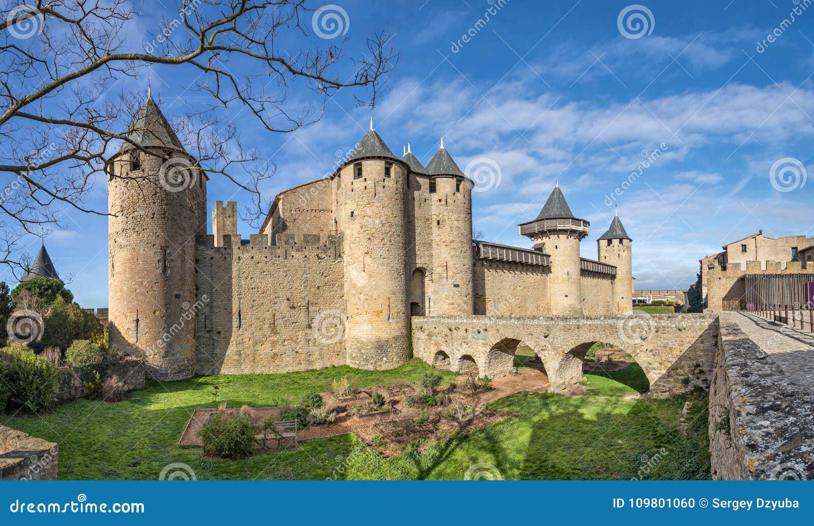 Chateau Comtal - des 12. Jahrhundertsgipfelschloss in Carcassonne