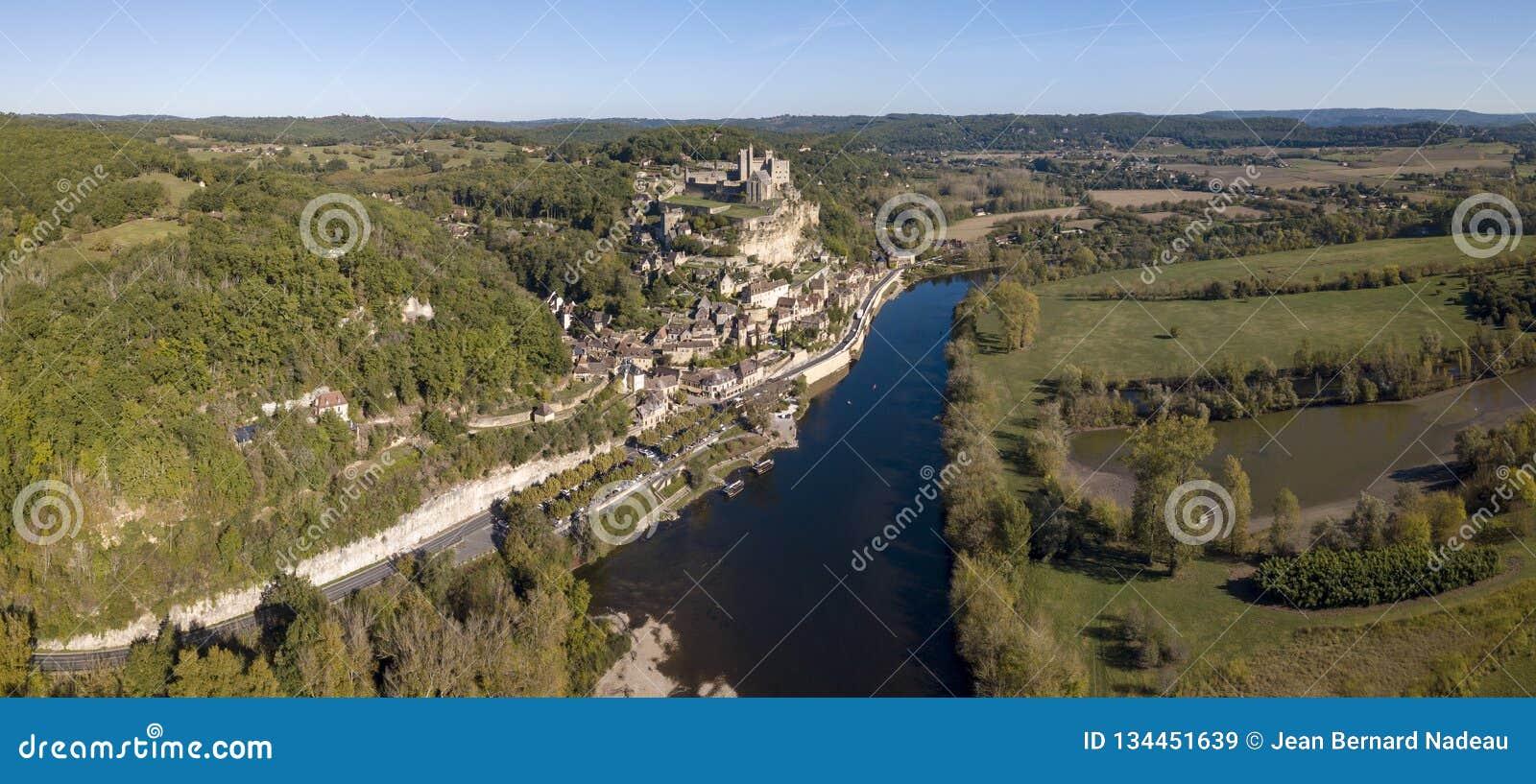 Chateau de Beynac, που σκαρφαλώνει στο βράχο του επάνω από τον ποταμό Dordogne, Γαλλία