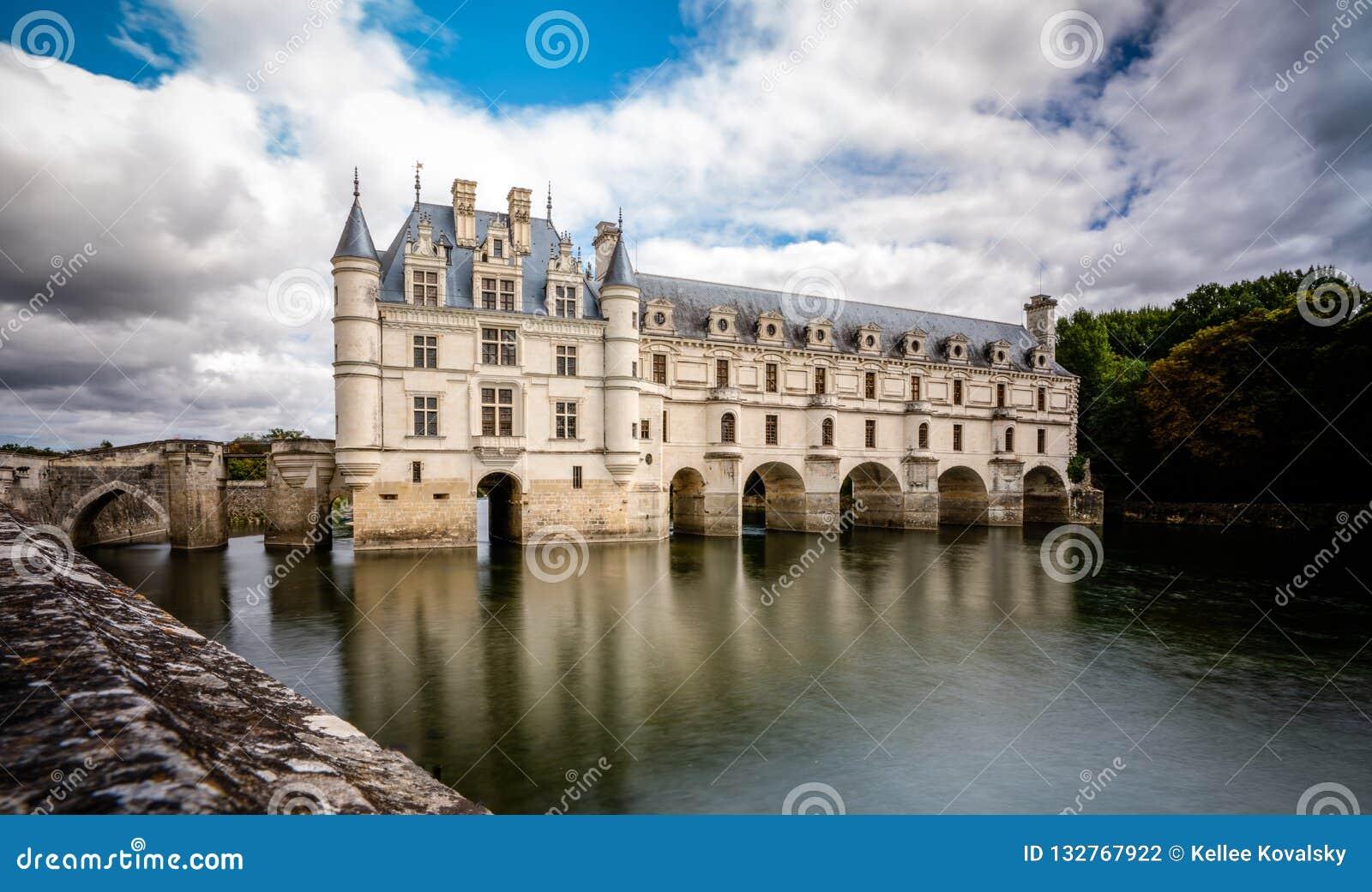 Chateau de Chenonceau över fridsamt flodvatten