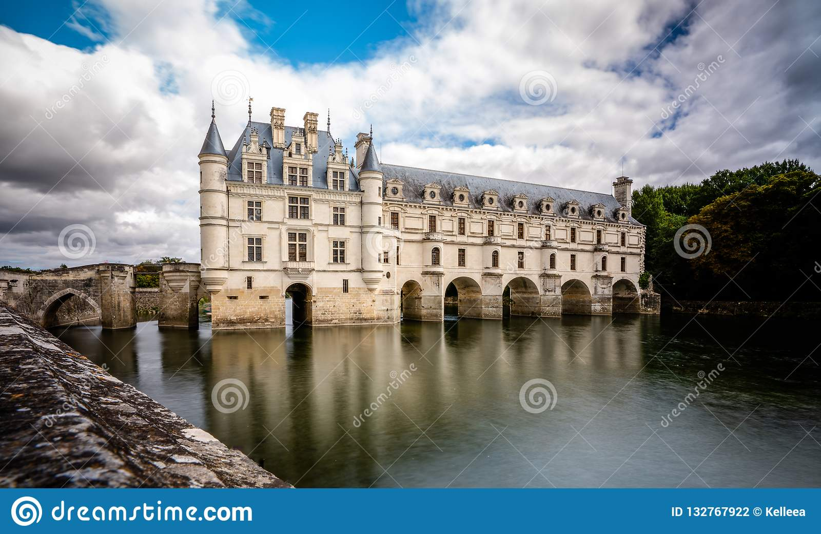 Chateau de Chenonceau πέρα από τα ειρηνικά νερά ποταμού
