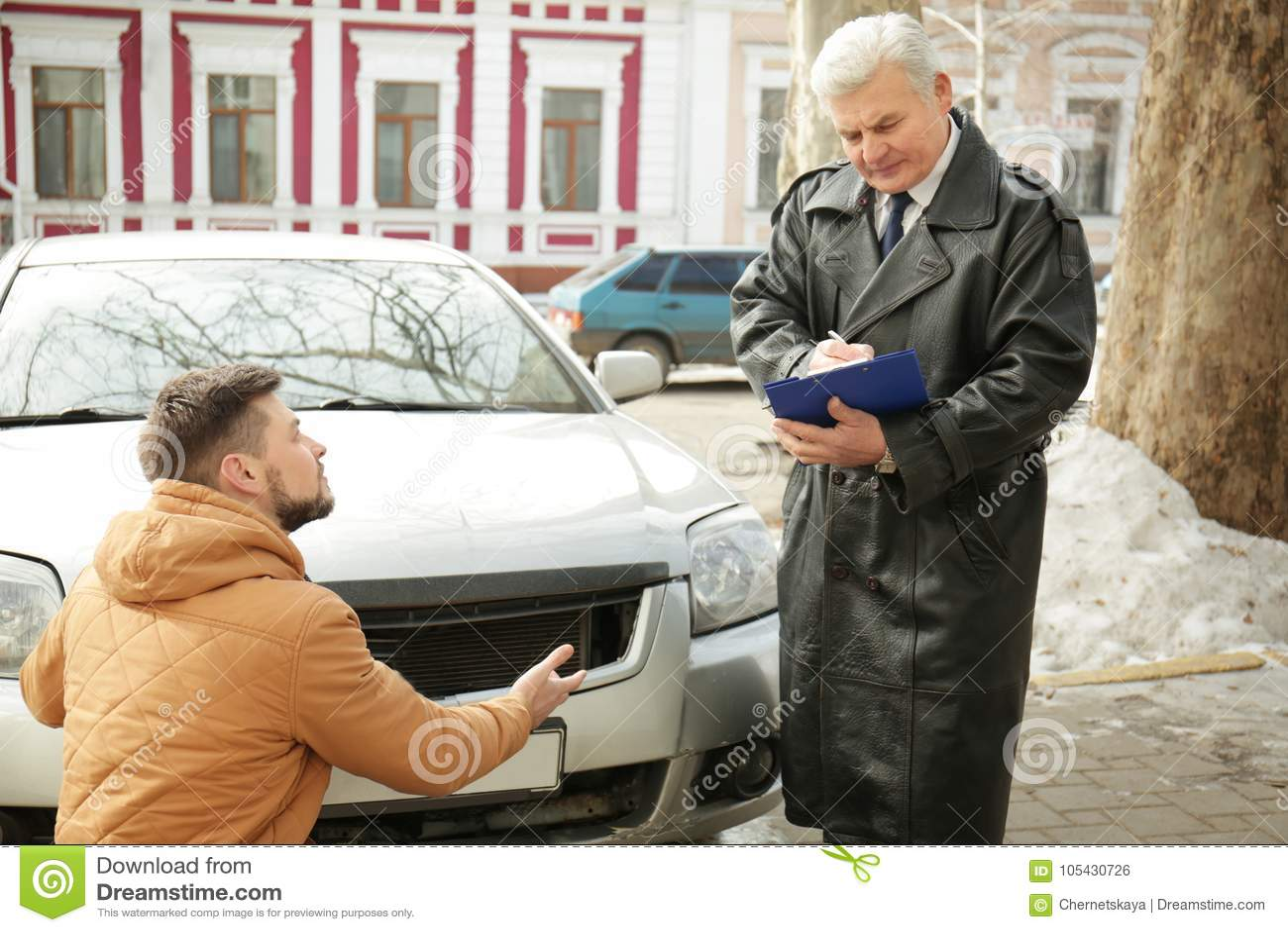 Chaufför som förklarar detaljer av olyckan till förlustregulatorn