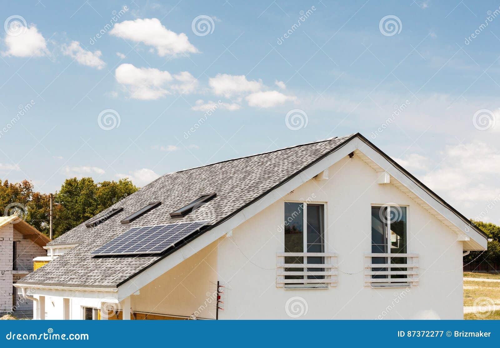 chauffage de panneau solaire de l 39 eau sur le toit de. Black Bedroom Furniture Sets. Home Design Ideas