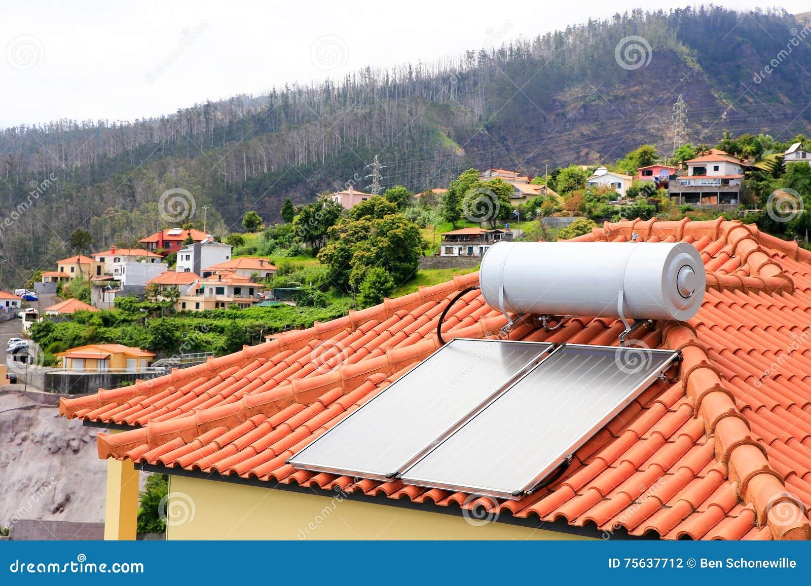 chauffe eau avec les panneaux solaires sur le toit de la. Black Bedroom Furniture Sets. Home Design Ideas