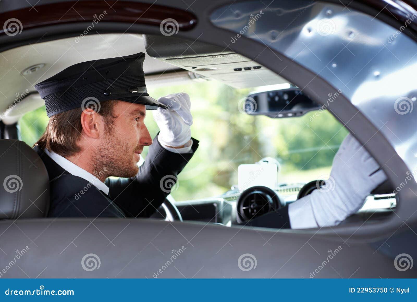 Chauffeur élégant dans le véhicule luxueux
