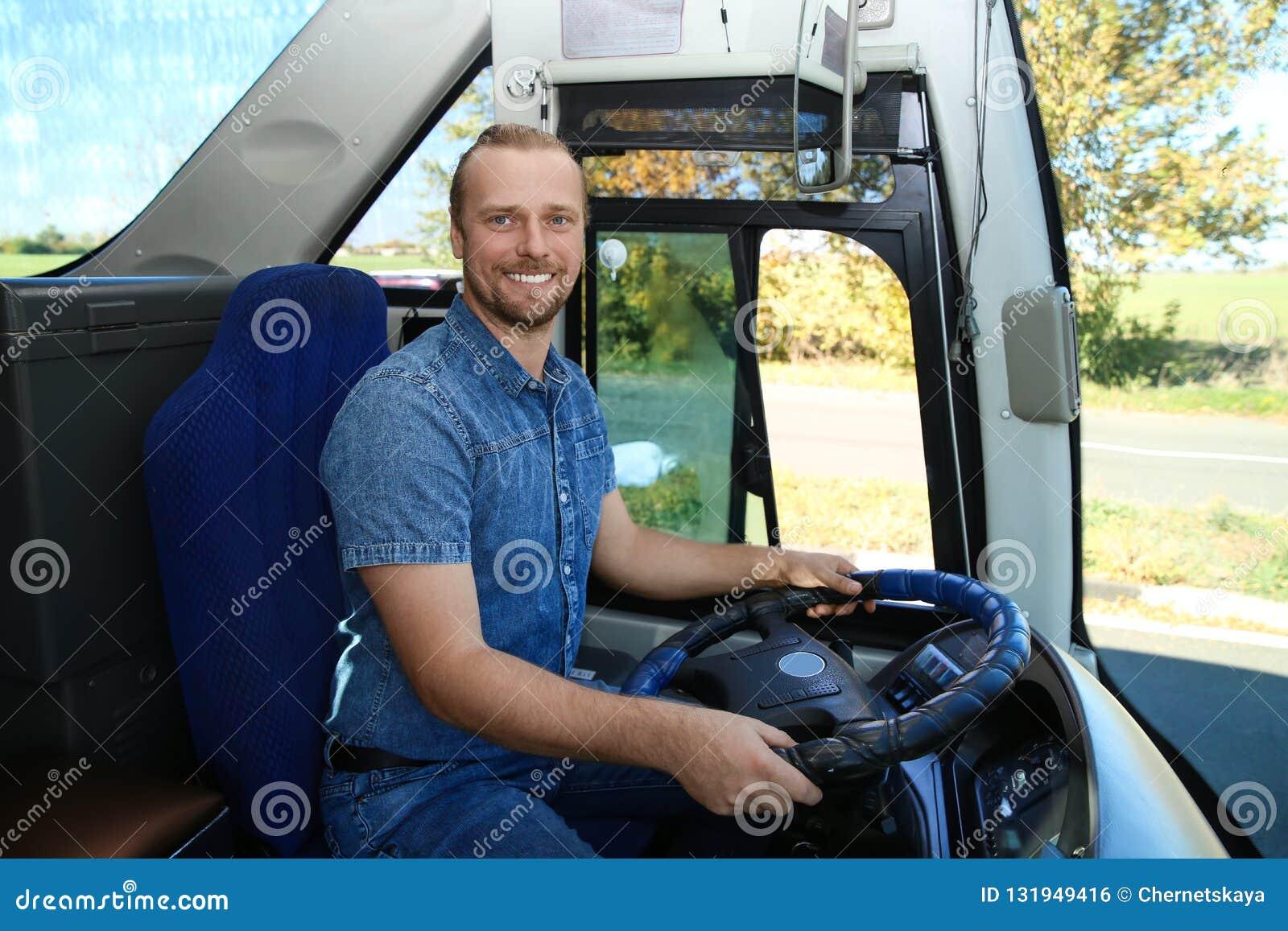 Chauffeur de bus professionnel au volant