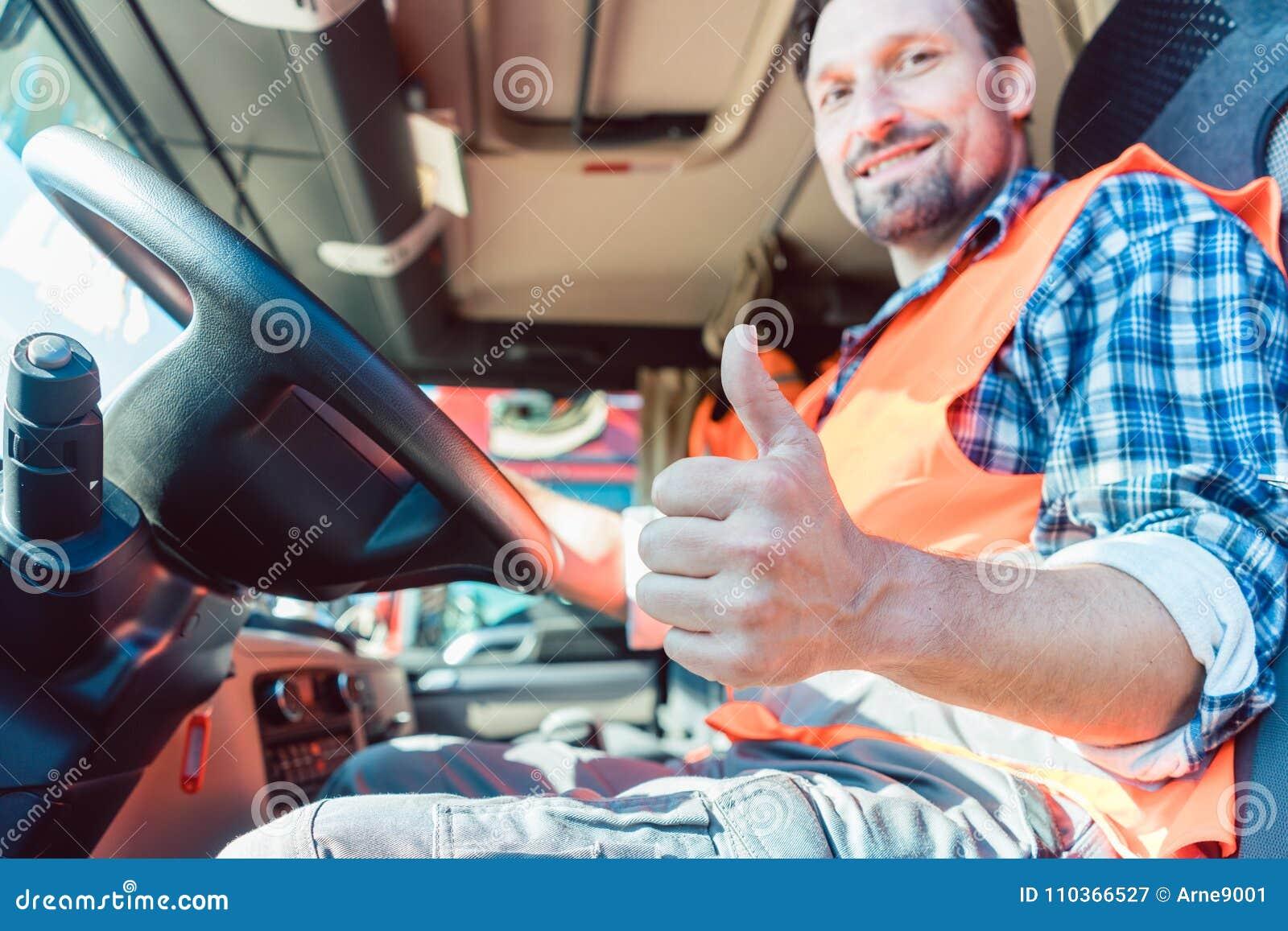 Chauffeur de camion se reposant dans la carlingue donnant des pouces-