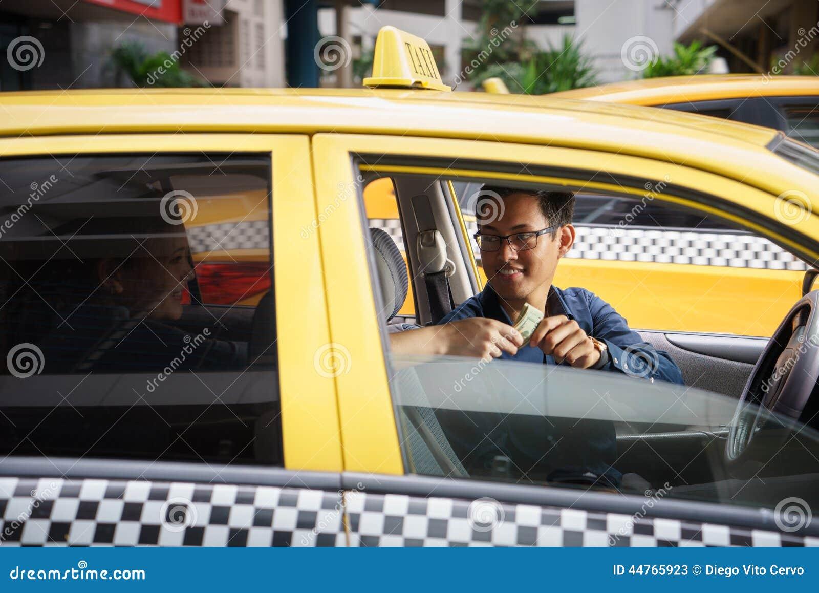chauffeur de taxi conduisant le client heureux de voiture payant l 39 argent image stock image du. Black Bedroom Furniture Sets. Home Design Ideas