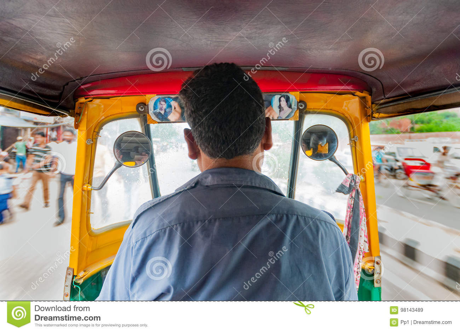 Chauffeur de taxi de pousse-pousse de Tuc Tuc à New Delhi