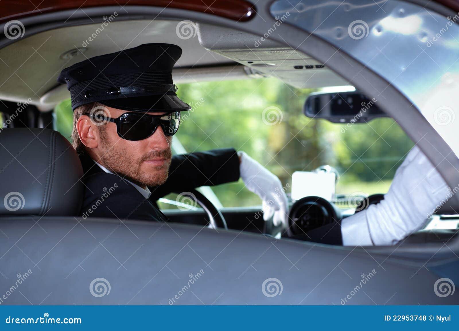 Chauffeur in elegante auto