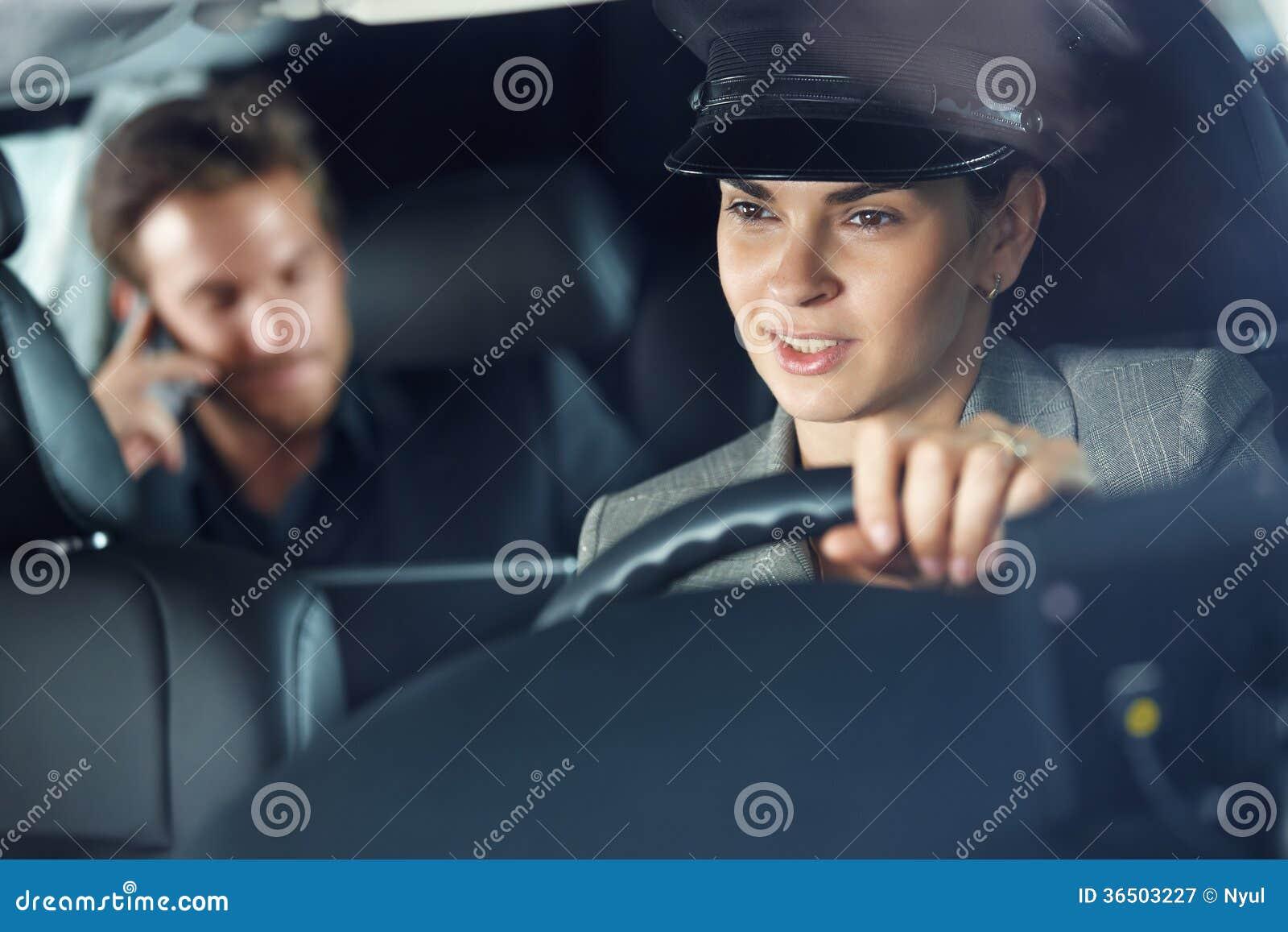 Chauffeur féminin conduisant une limousine