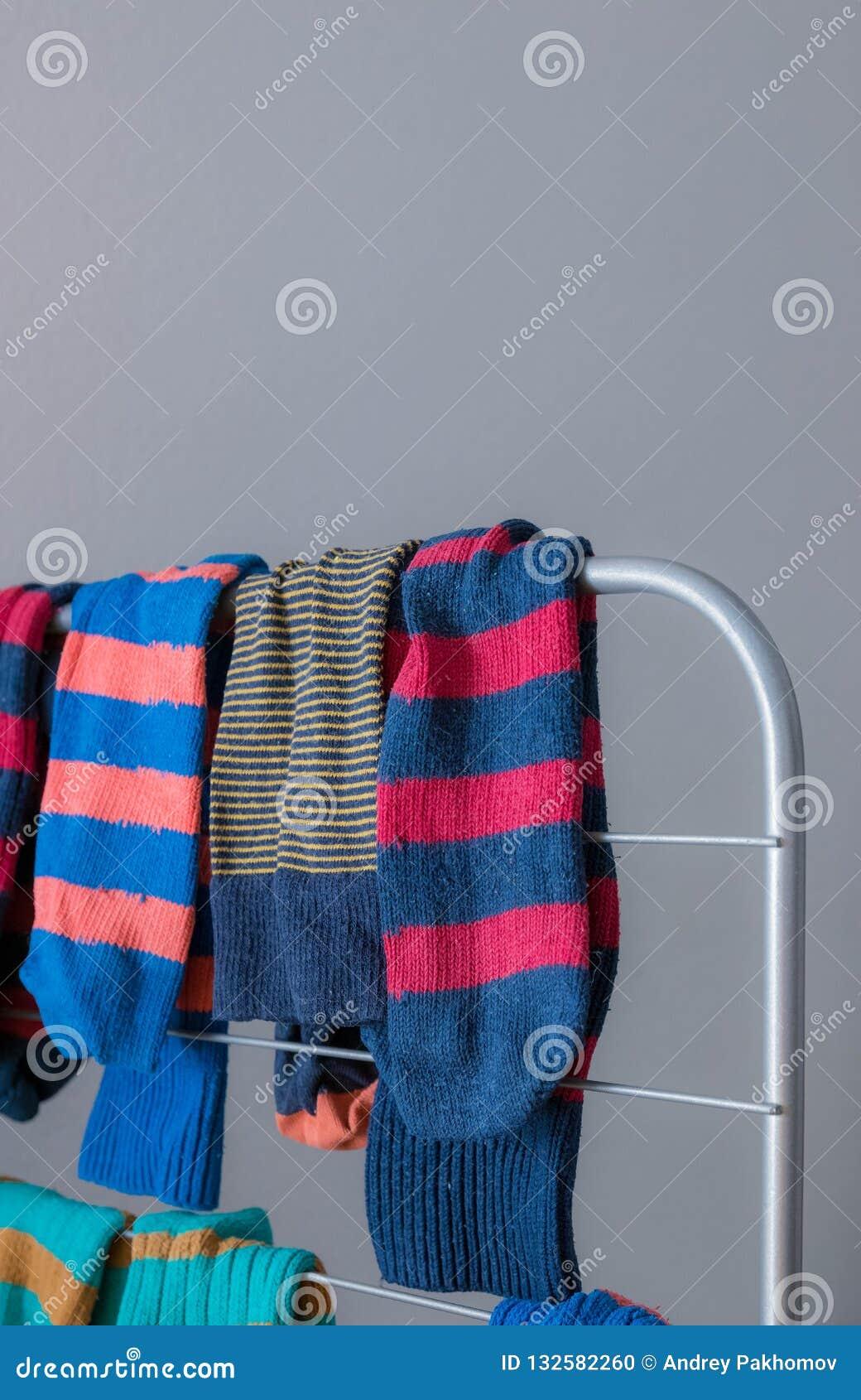 Chaussettes colorées sur le plan rapproché plus sec chaussettes après lavage Vêtements de séchage