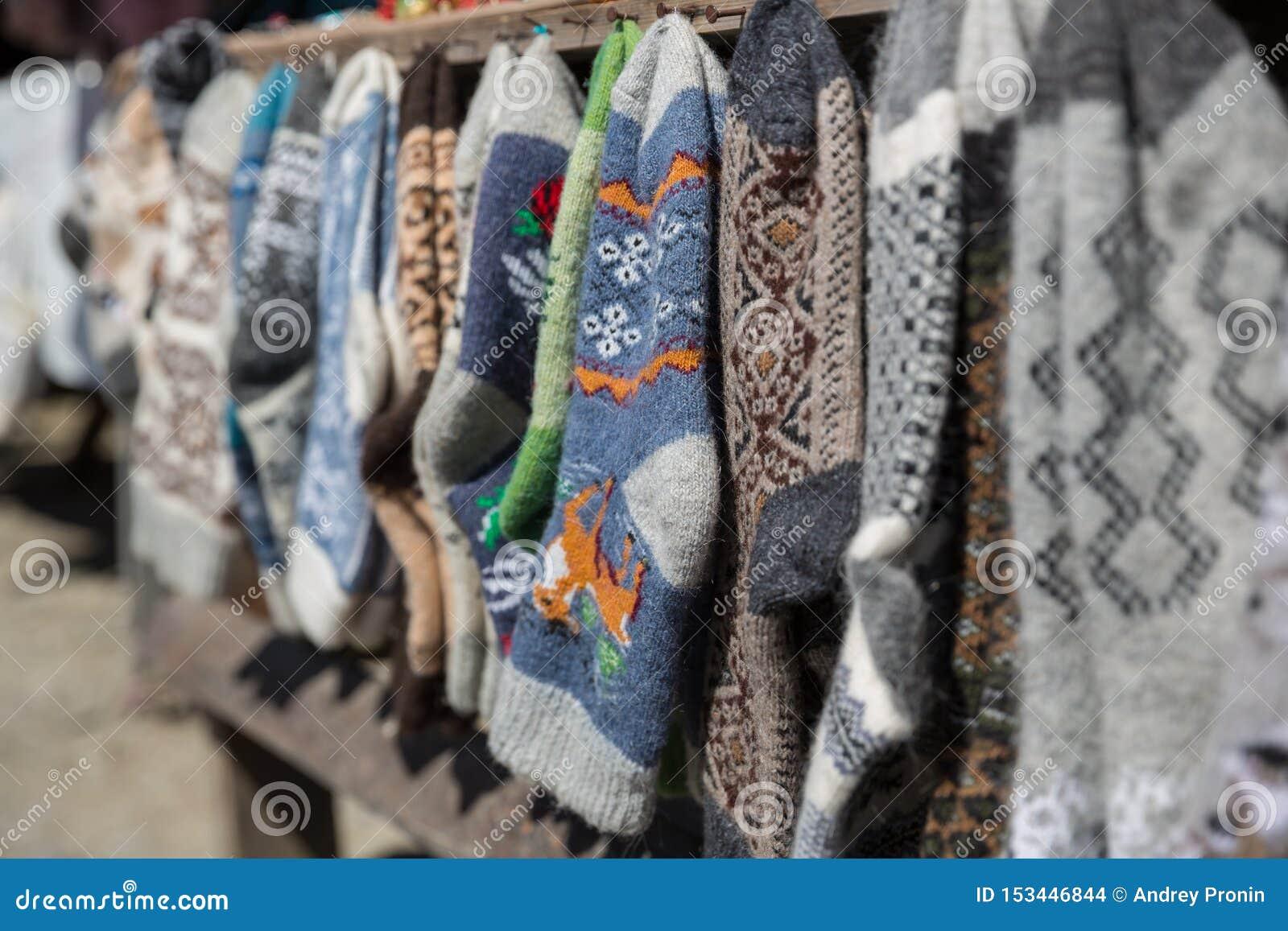 Chaussettes et pantoufles tricotées, la Géorgie Marché en plein air avec les chaussettes et les pantoufles tricotées,