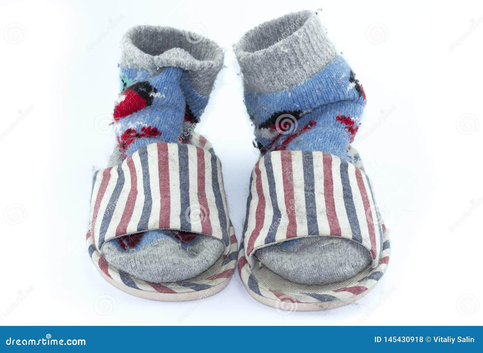 Chaussettes faites main color?es, chaussettes tricot?es de laine et pantoufles sur le fond blanc