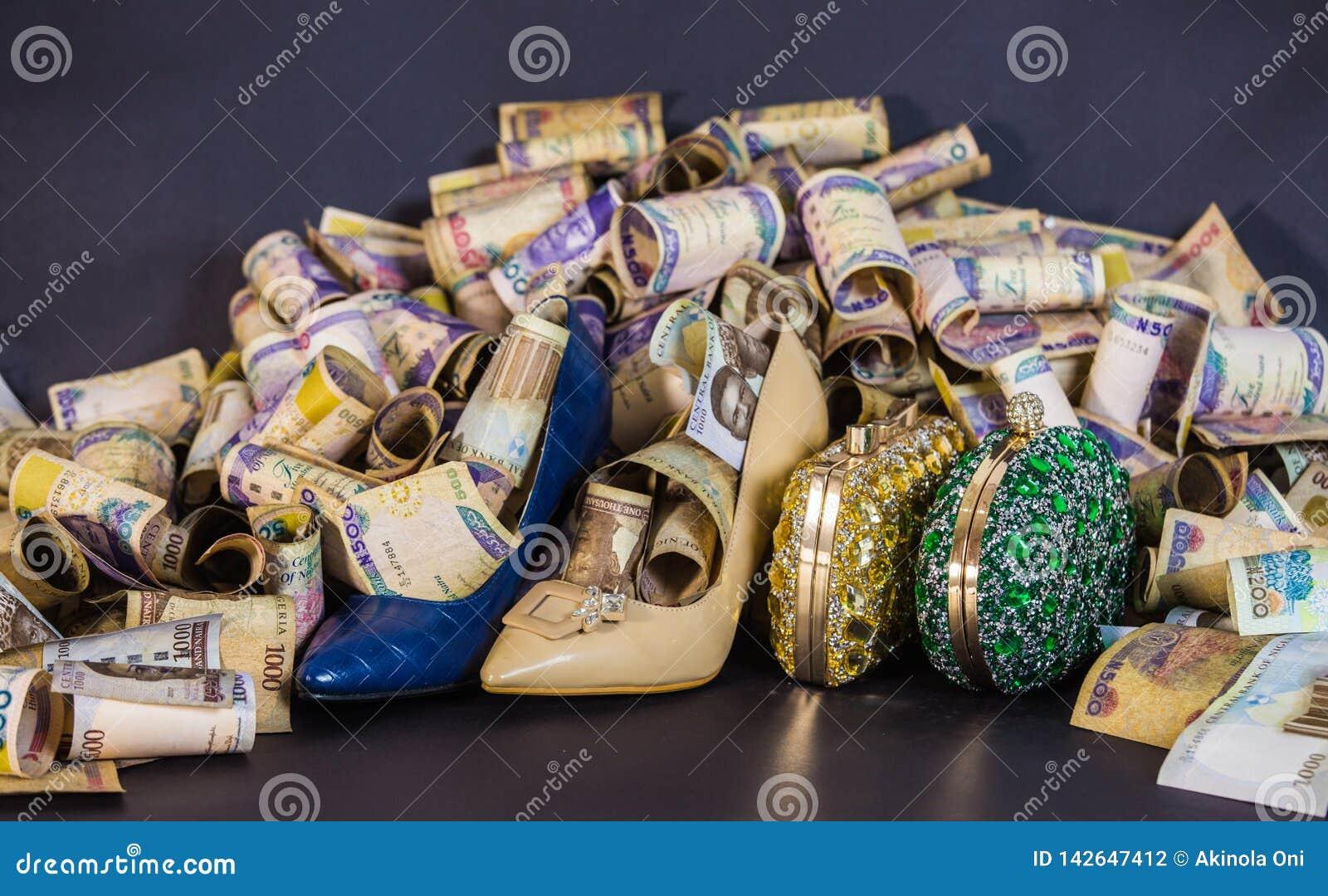 Chaussure et sac de femme comptant et les devises de papier