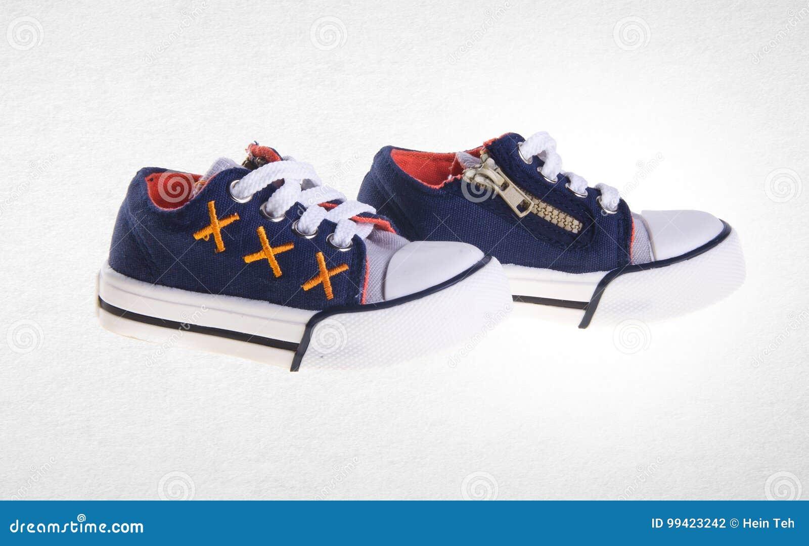 Un Chaussure Chaussures Fond De Sur Garçon Petit Photo Belles Ou reWdCBxo