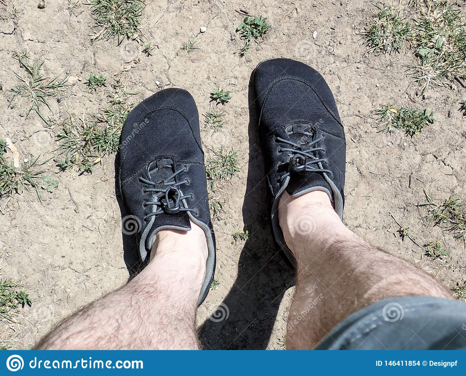 Chaussures aux pieds nus portées avec des shorts et des jambes nues