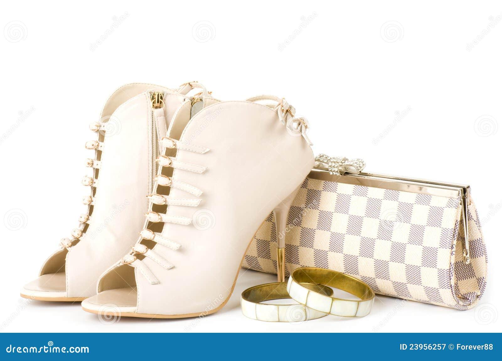 da874b5540434 Chaussures à la mode sexy, bijou d'or et sac à main d'isolement sur le fond  blanc.