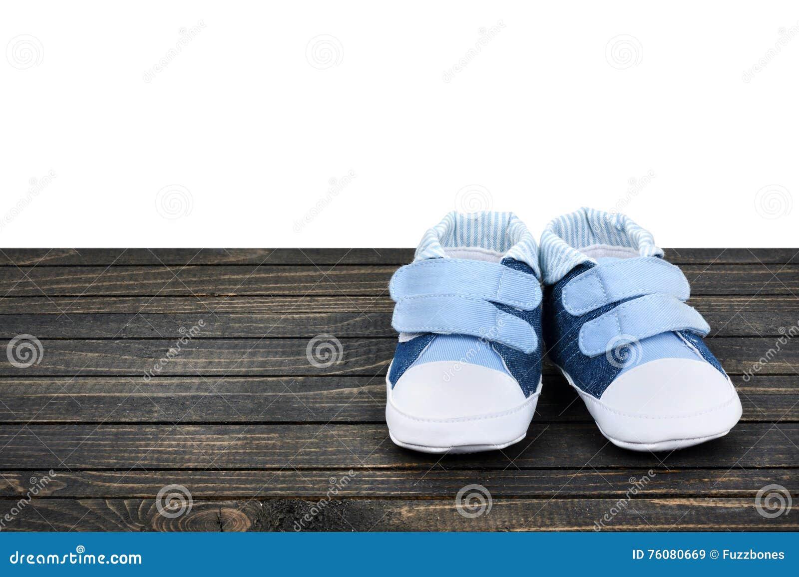 Chaussures d enfant sur le plancher