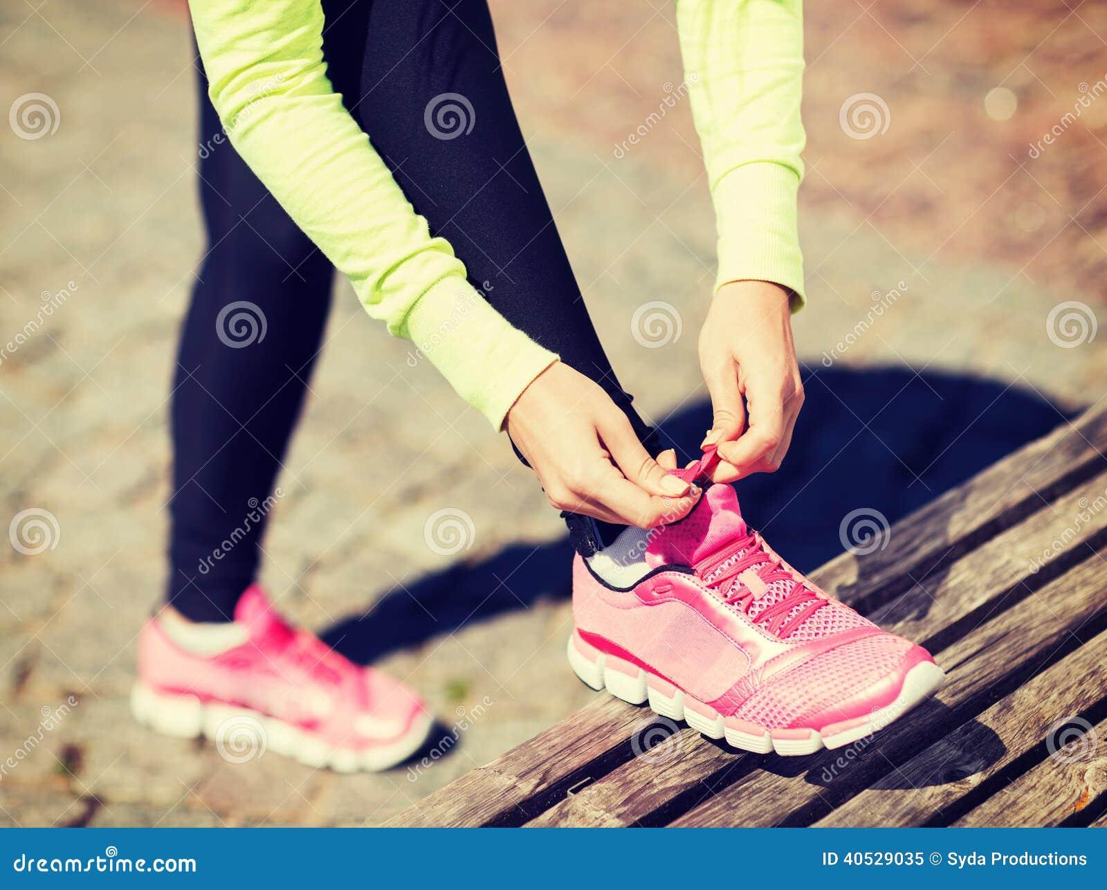 Chaussures d entraîneurs de laçage de femme de coureur