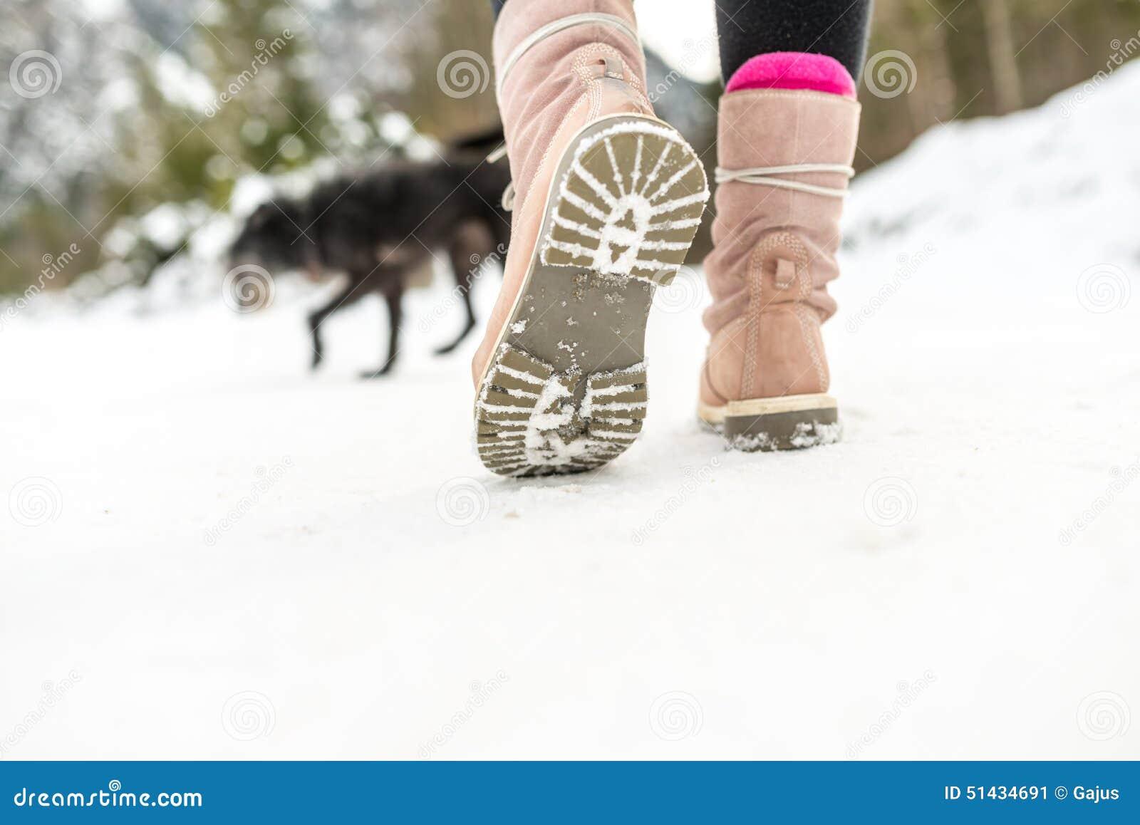 chaussures d 39 hiver d 39 une femme marchant sur la neige photo. Black Bedroom Furniture Sets. Home Design Ideas