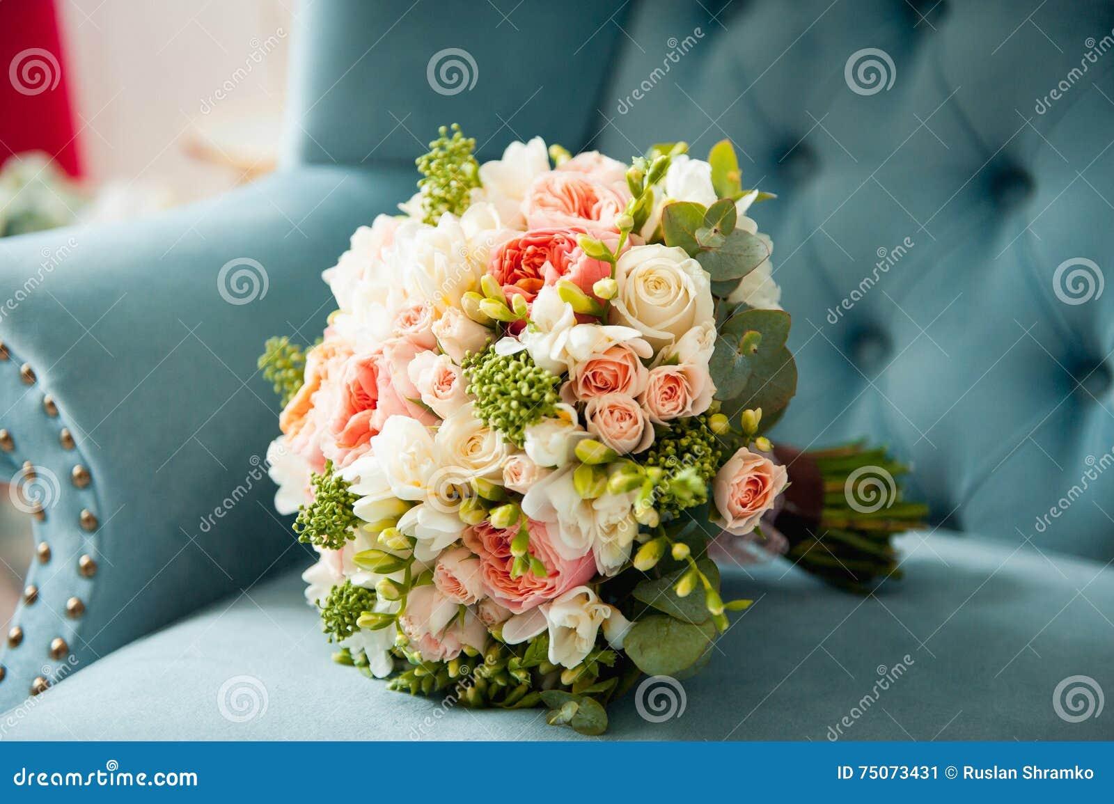 chaussures de bouquet et de demoiselle d'honneur de mariage sur le