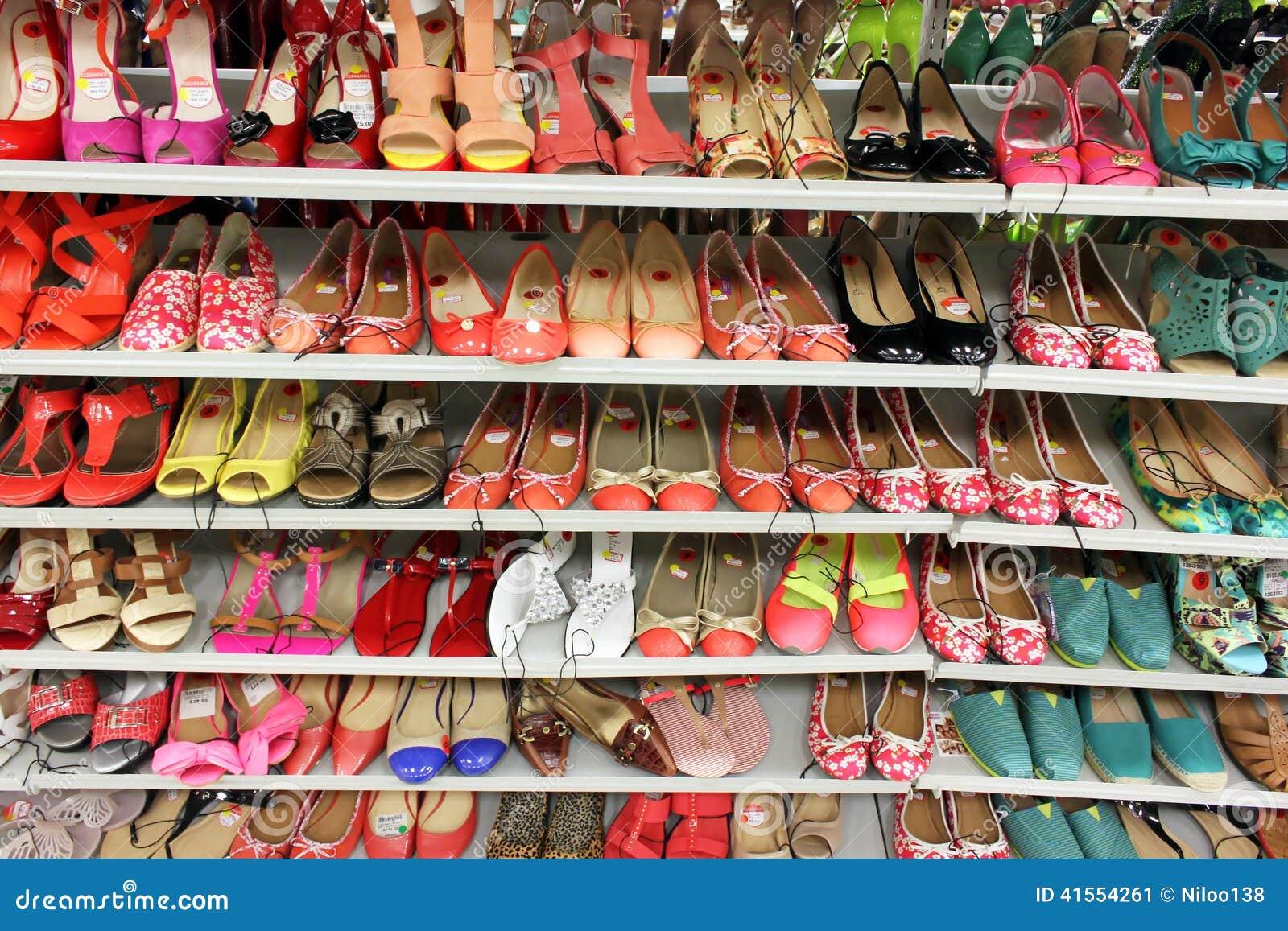 e868525e244 chaussures de femmes dans le magasin