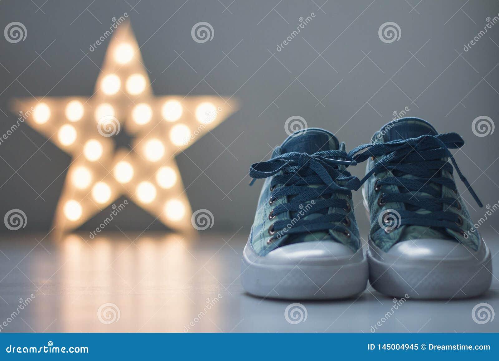Chaussures de marche avec l étoile à l arrière-plan
