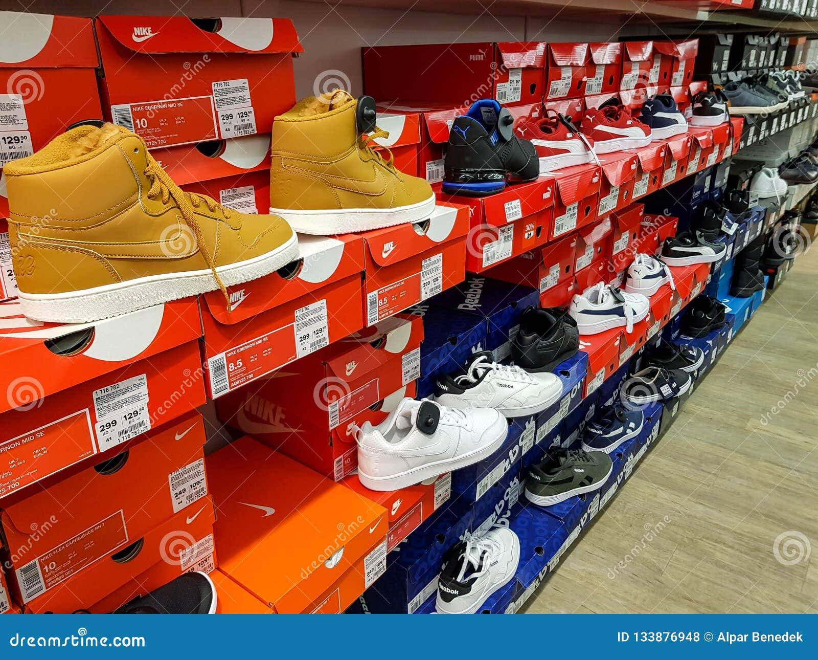 Chaussures de sport de Nike dans la rangée sur le magasin local
