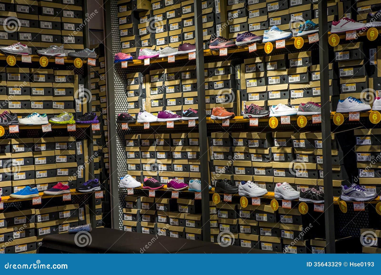 Chaussures de sports sur des étagères