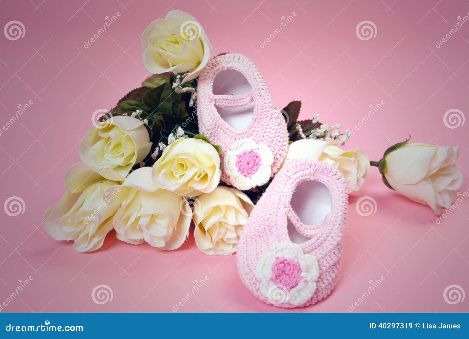 Chaussures et roses de bébé