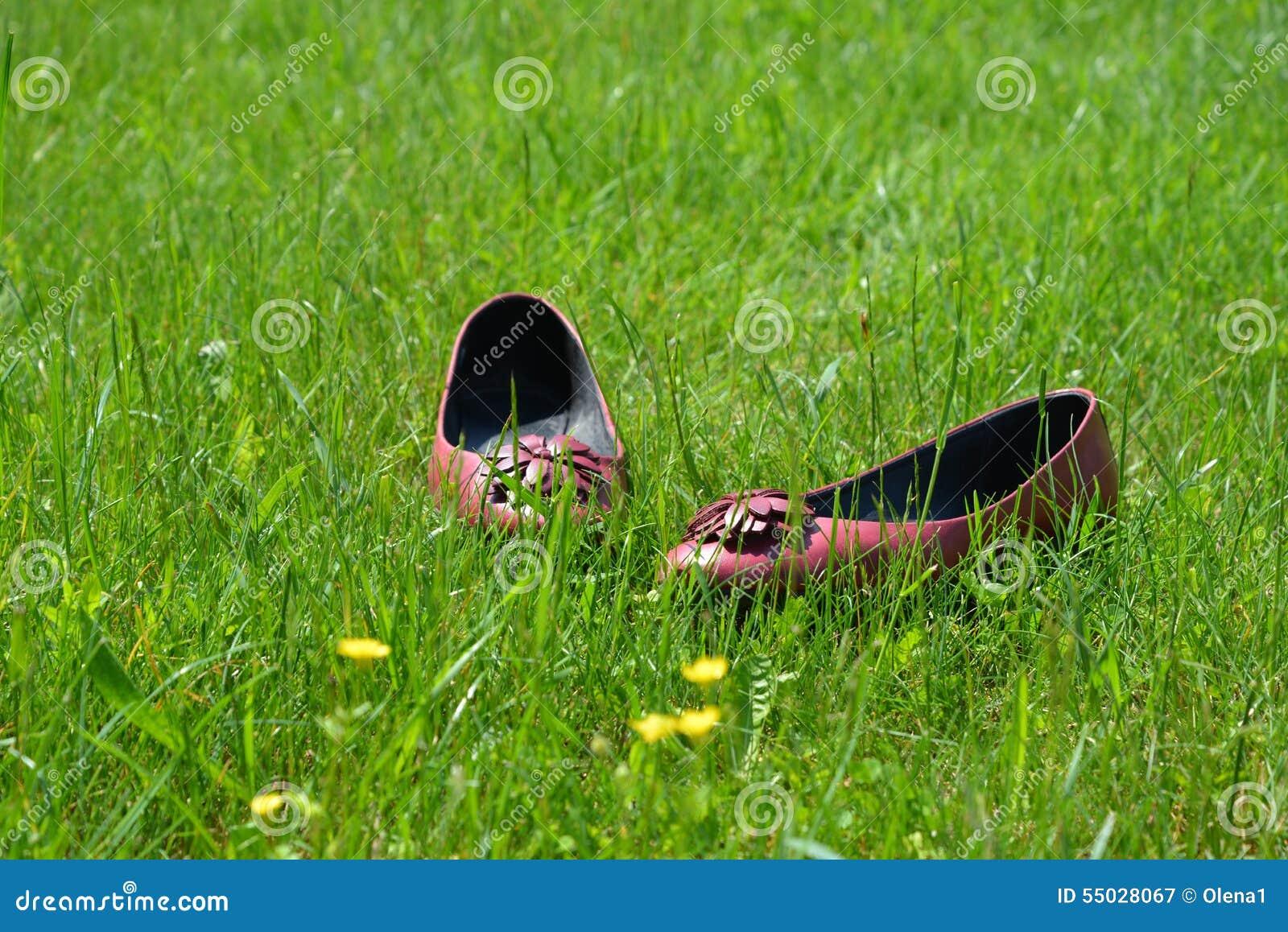 Chaussures plates laissées dans l herbe