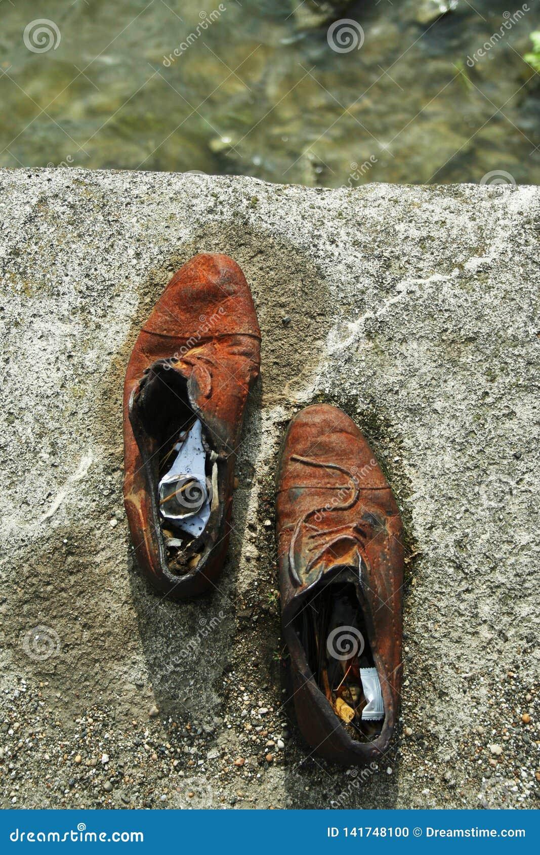 Chaussures sur la banque de Danube