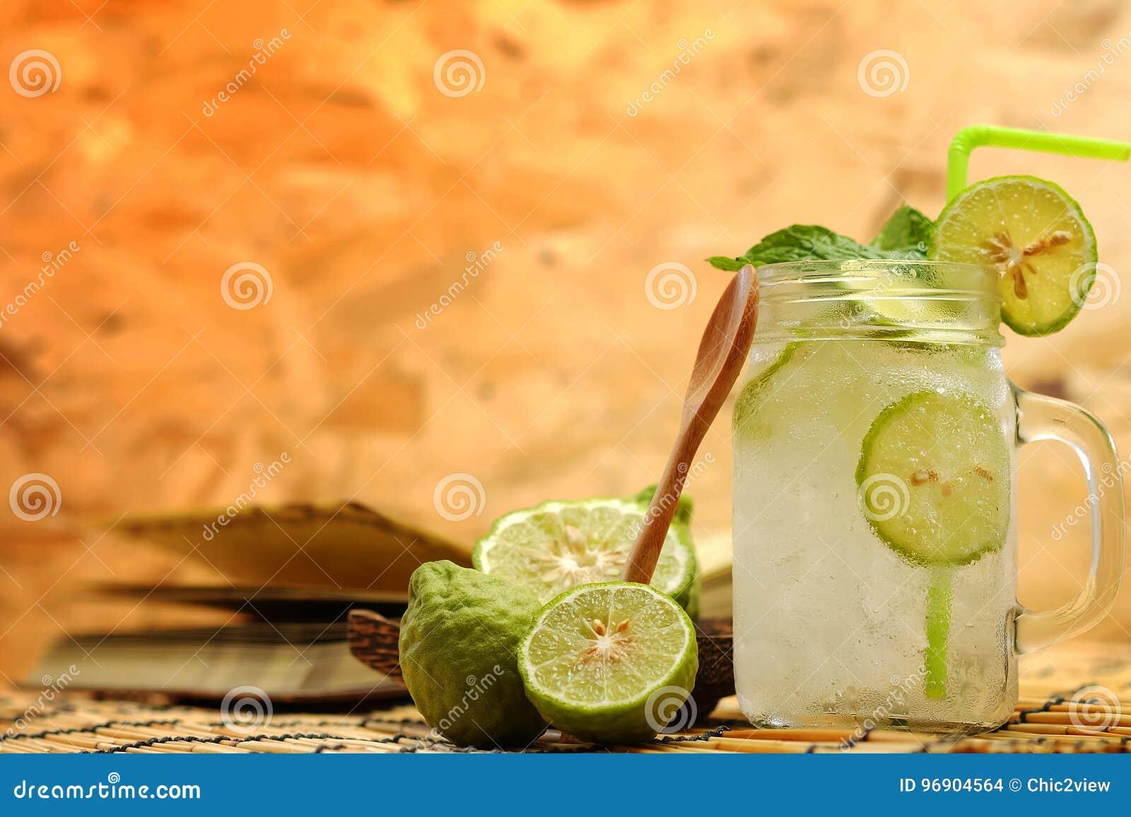 Chaux de Kaffir ainsi, boisson fraîche de soude de bergamote, herbe de tradition de la Thaïlande pour le traitement du reflux aci