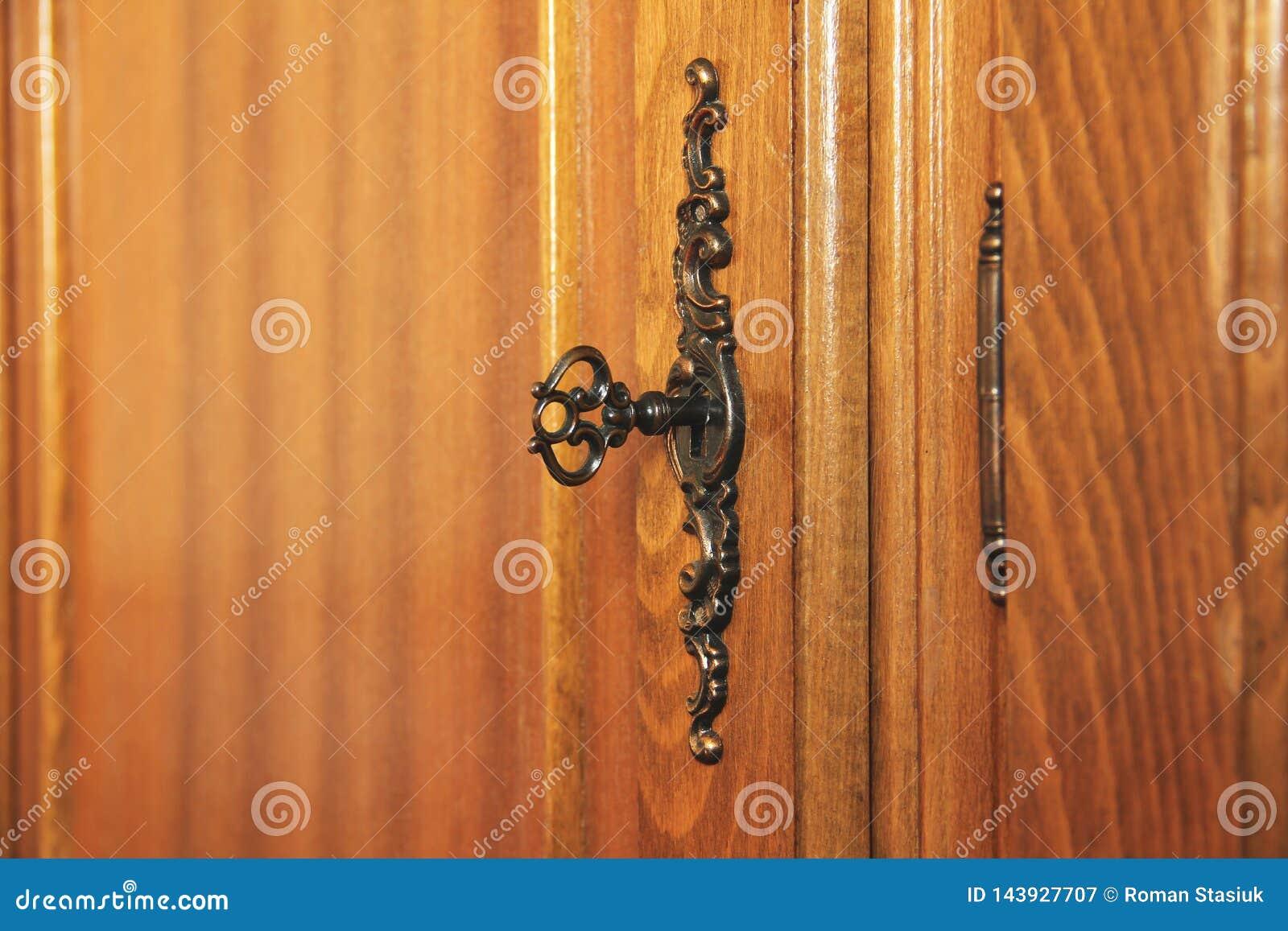 Chave antiga velha no fechamento Mobília de madeira