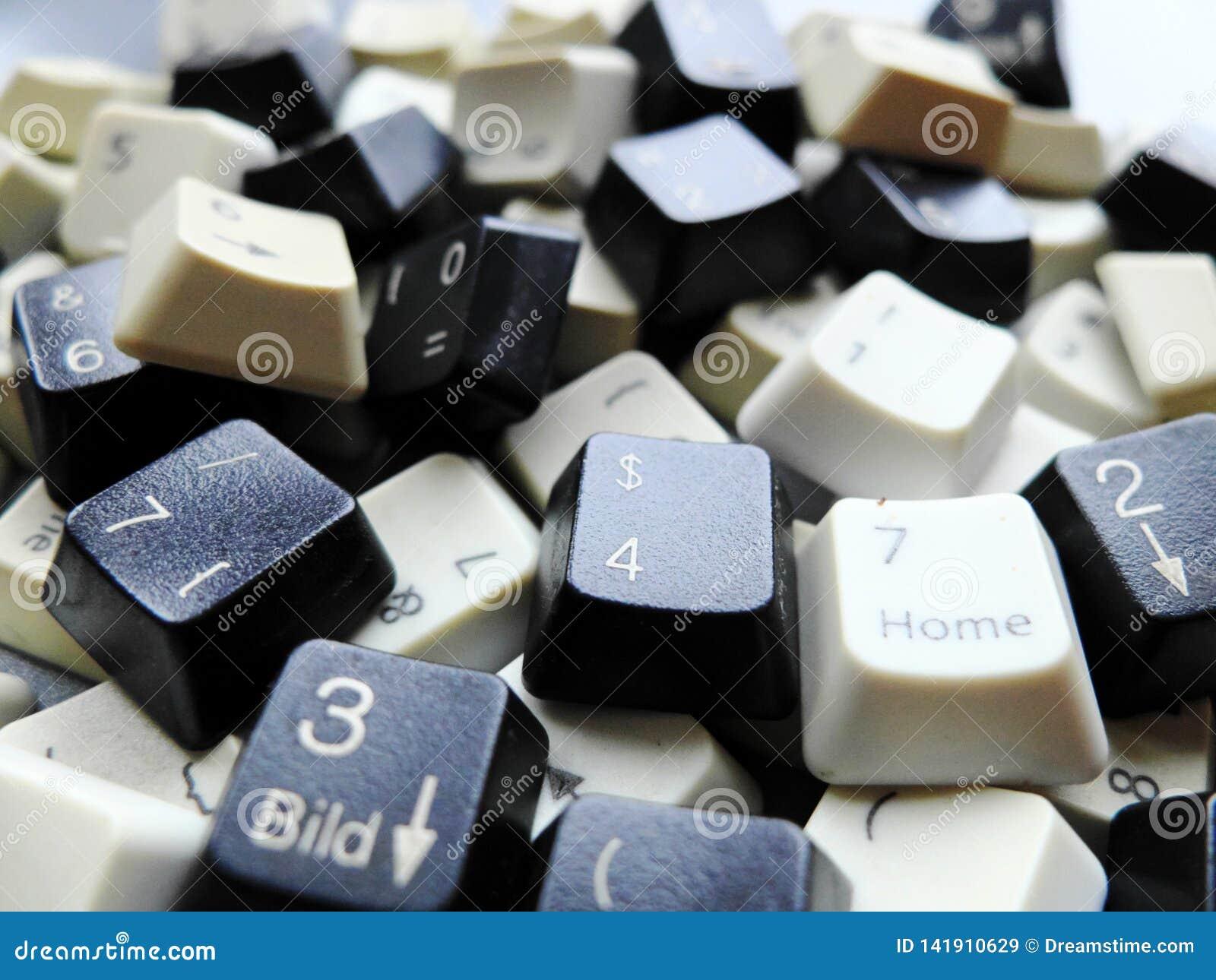 Chaves de teclado preto e branco do computador Conceito dos dados grandes não organizados que precisam de estar prontos classific