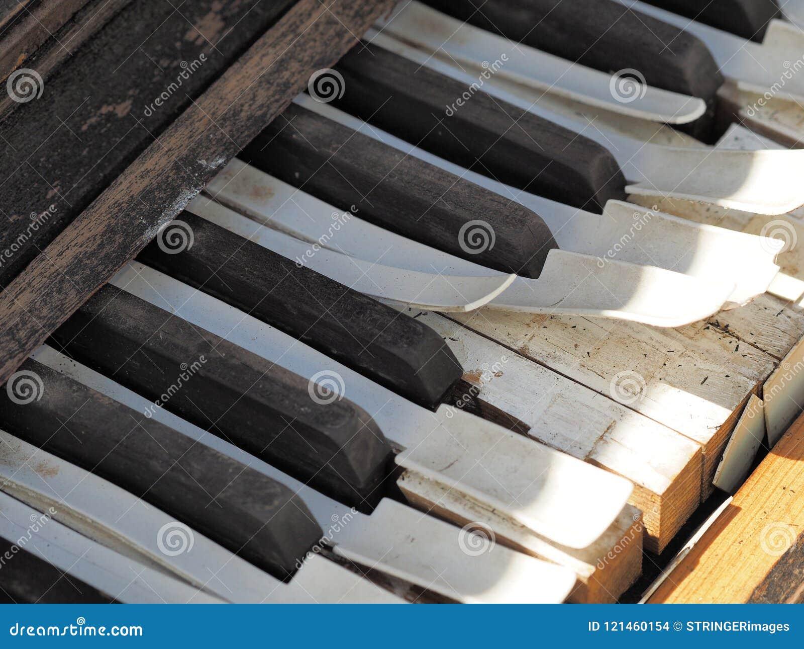 Chaves de um piano resistido velho desolado