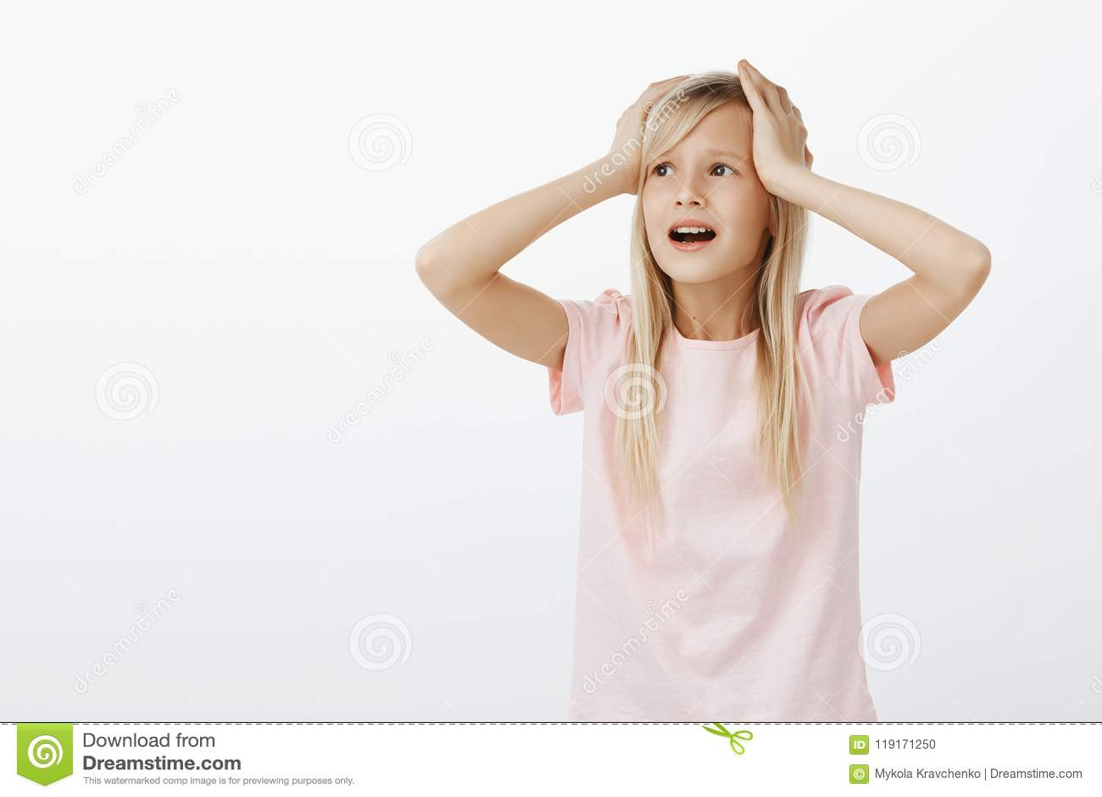 Che cosa io facciami, aiuti Ritratto della ragazza terrorizzata ansiosa, ritenente sconcertante e disturbato, guardando da parte