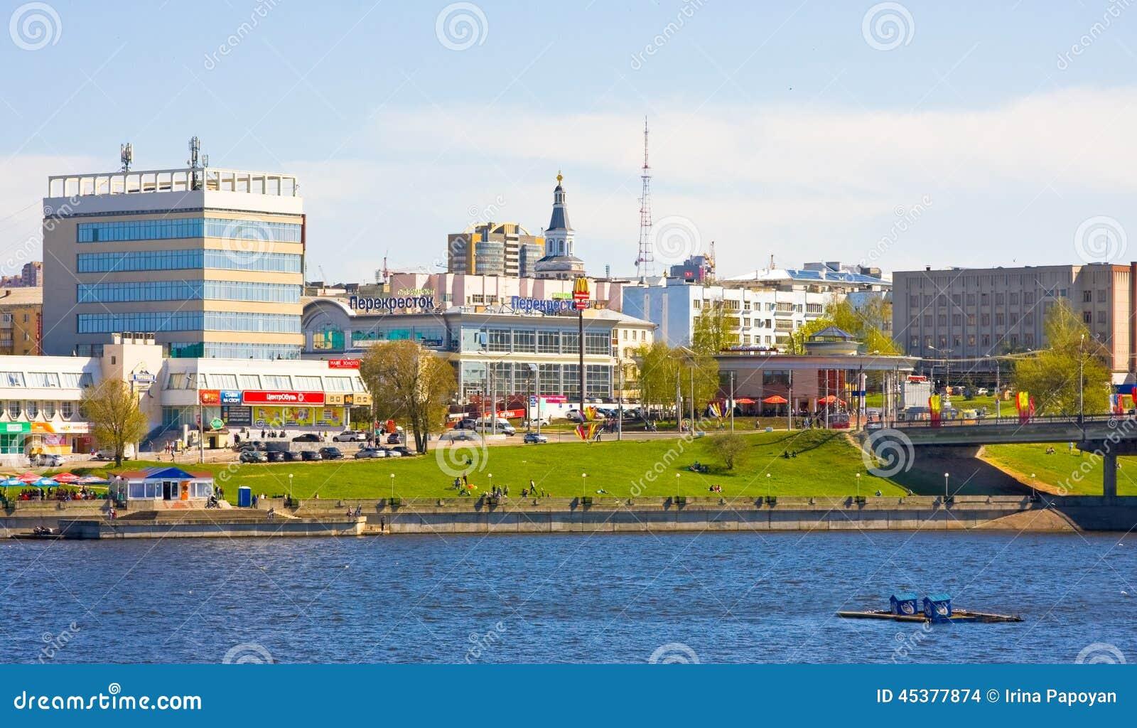 CHEBOKSARI, CHUVASHIA, RUSIA PUEDE, 9, 2014: Opinión sobre bahía y la parte histórica de la ciudad el 9 de mayo de 2014 Capital d