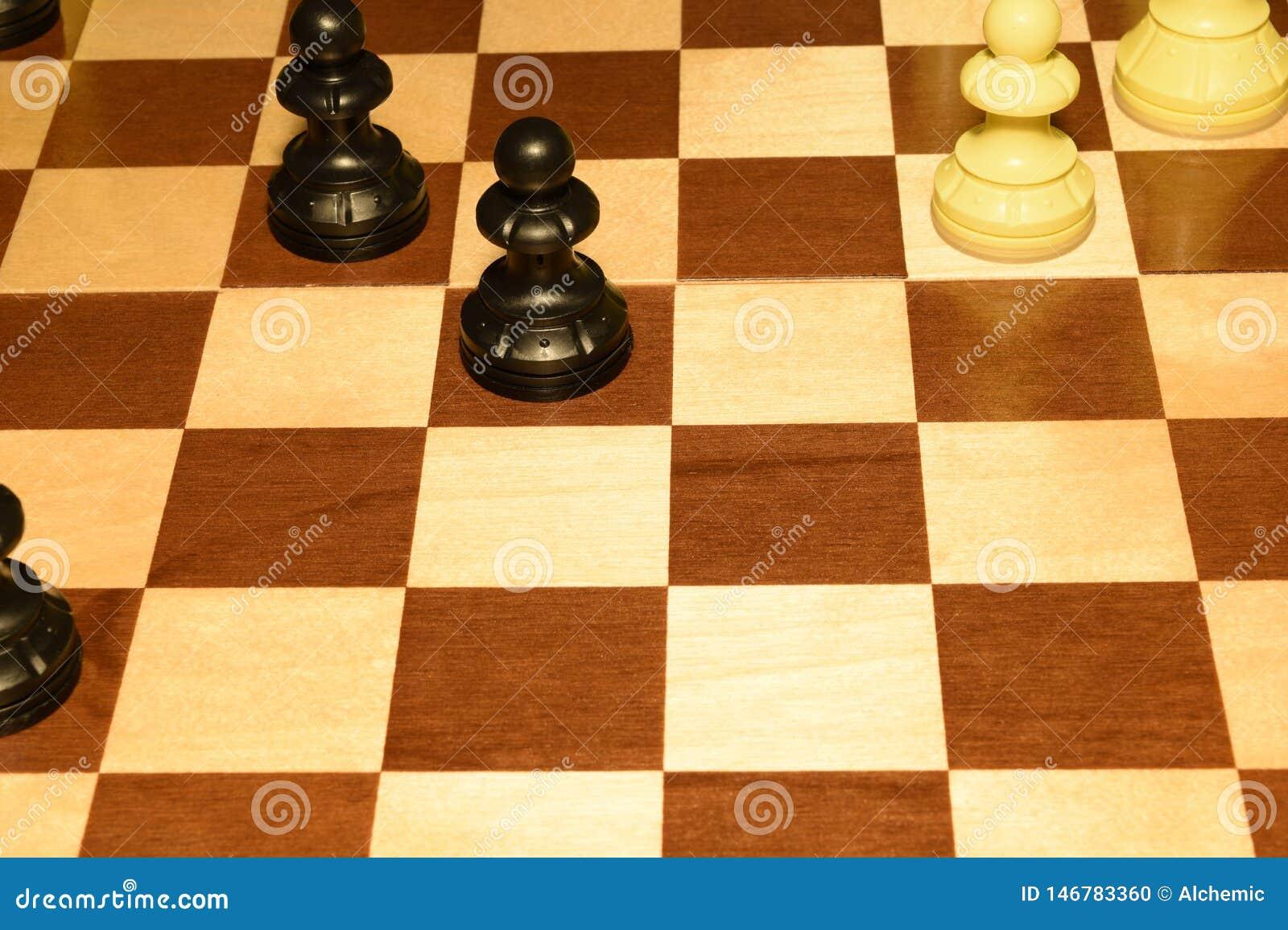 Checheredraad onder witte schaakstukken zoals een sportachtergrond