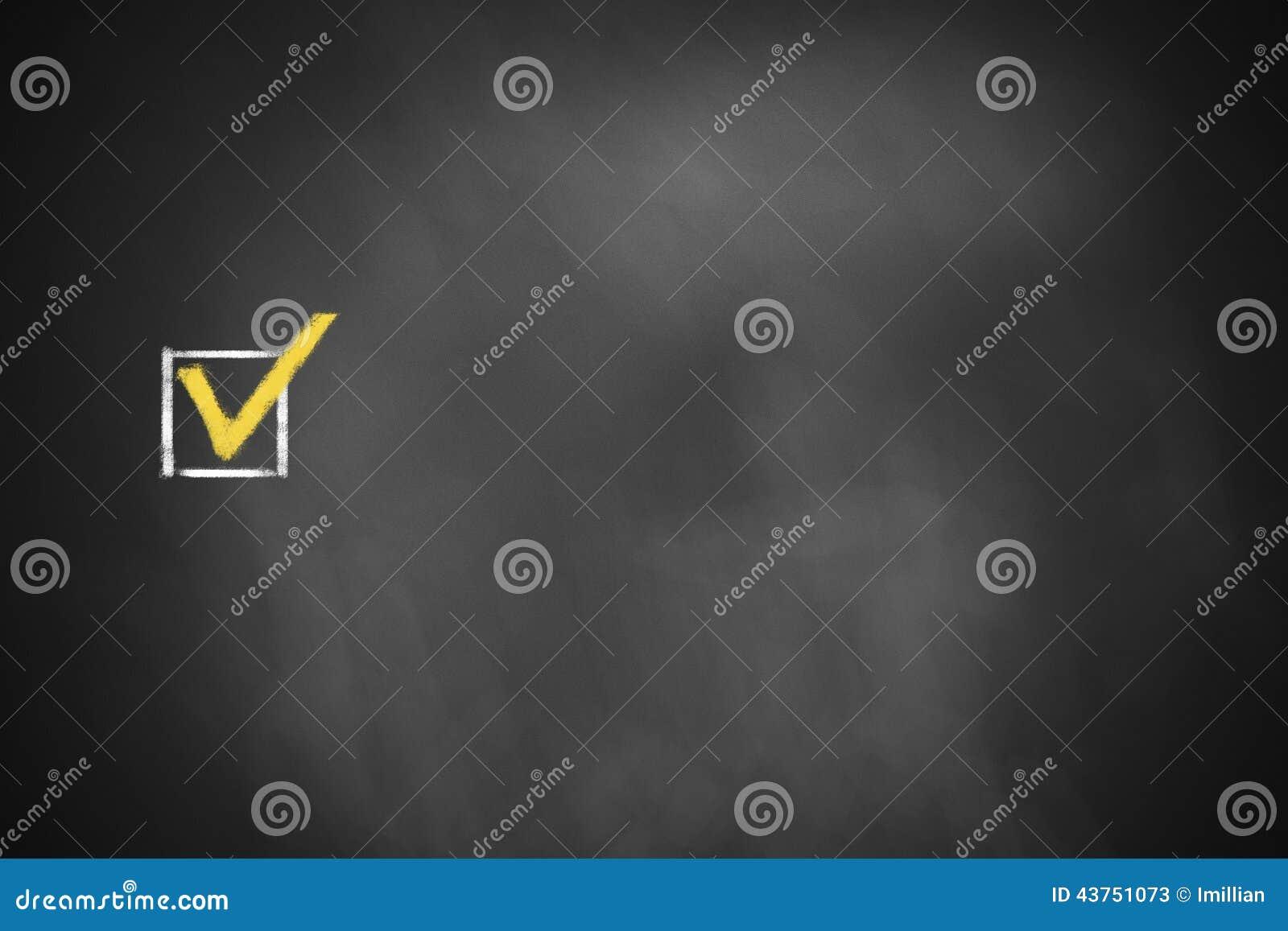 Checkbox markiert auf schwarzer Tafel