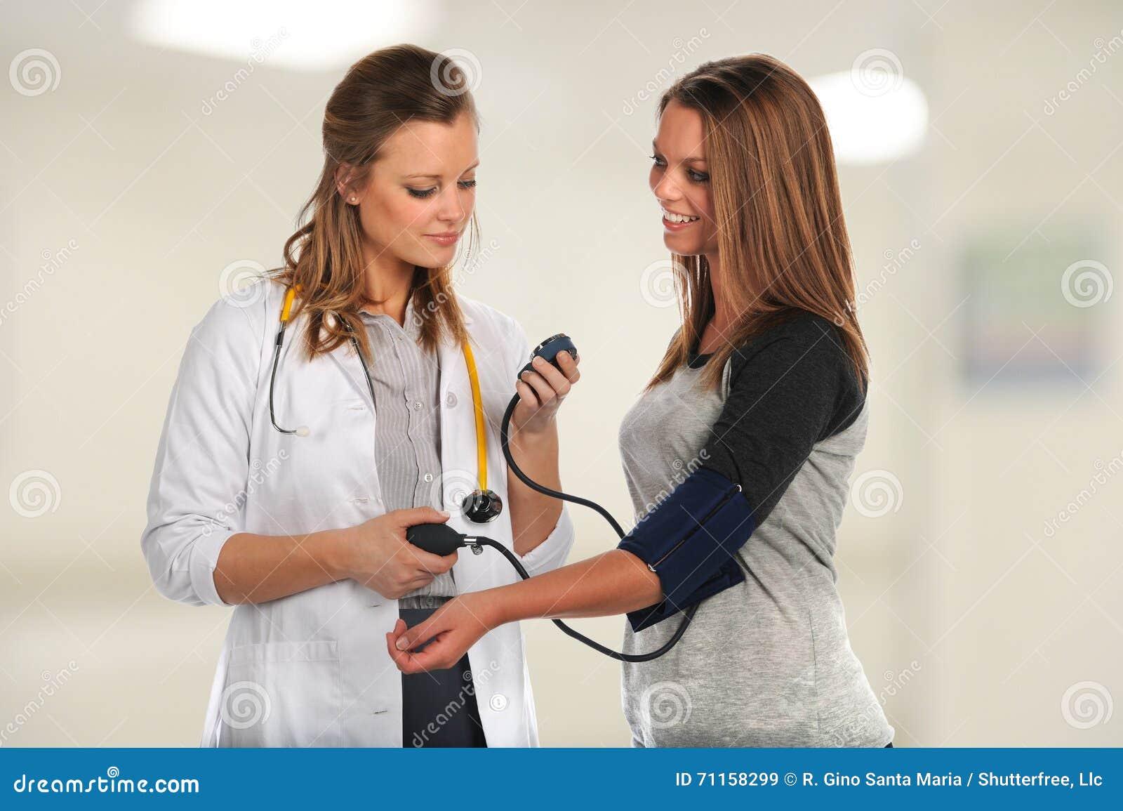 年轻Checking医生患者