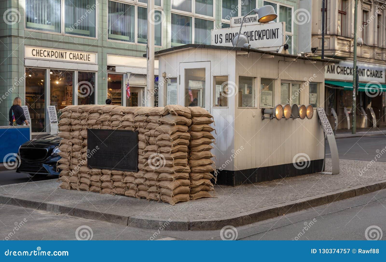 Checkpoint Charlie, od zachodu wschód, w Berlińskim Niemcy