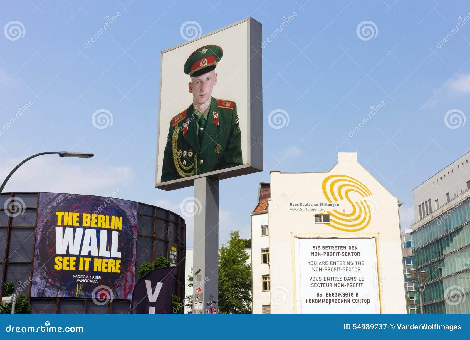 Checkpoint Charlie stående