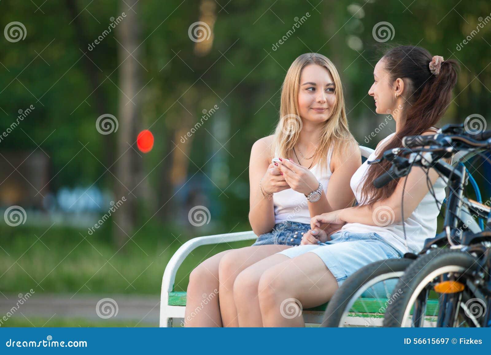 С подругой не церемонились, Пацан не церемонится со своей подругой и жестоко 22 фотография
