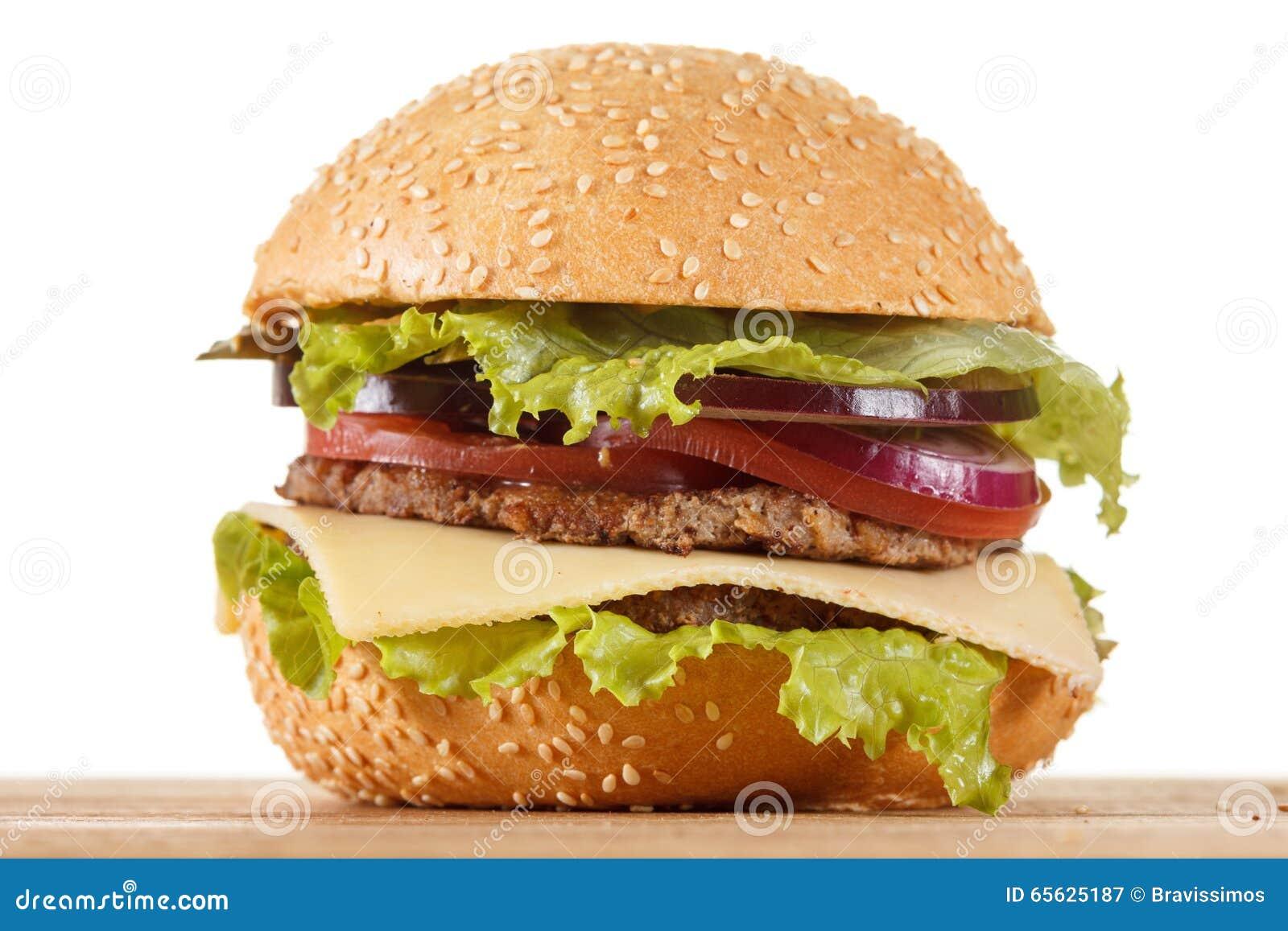 Cheeseburger américain traditionnel La viande, le petit pain et les légumes se ferment