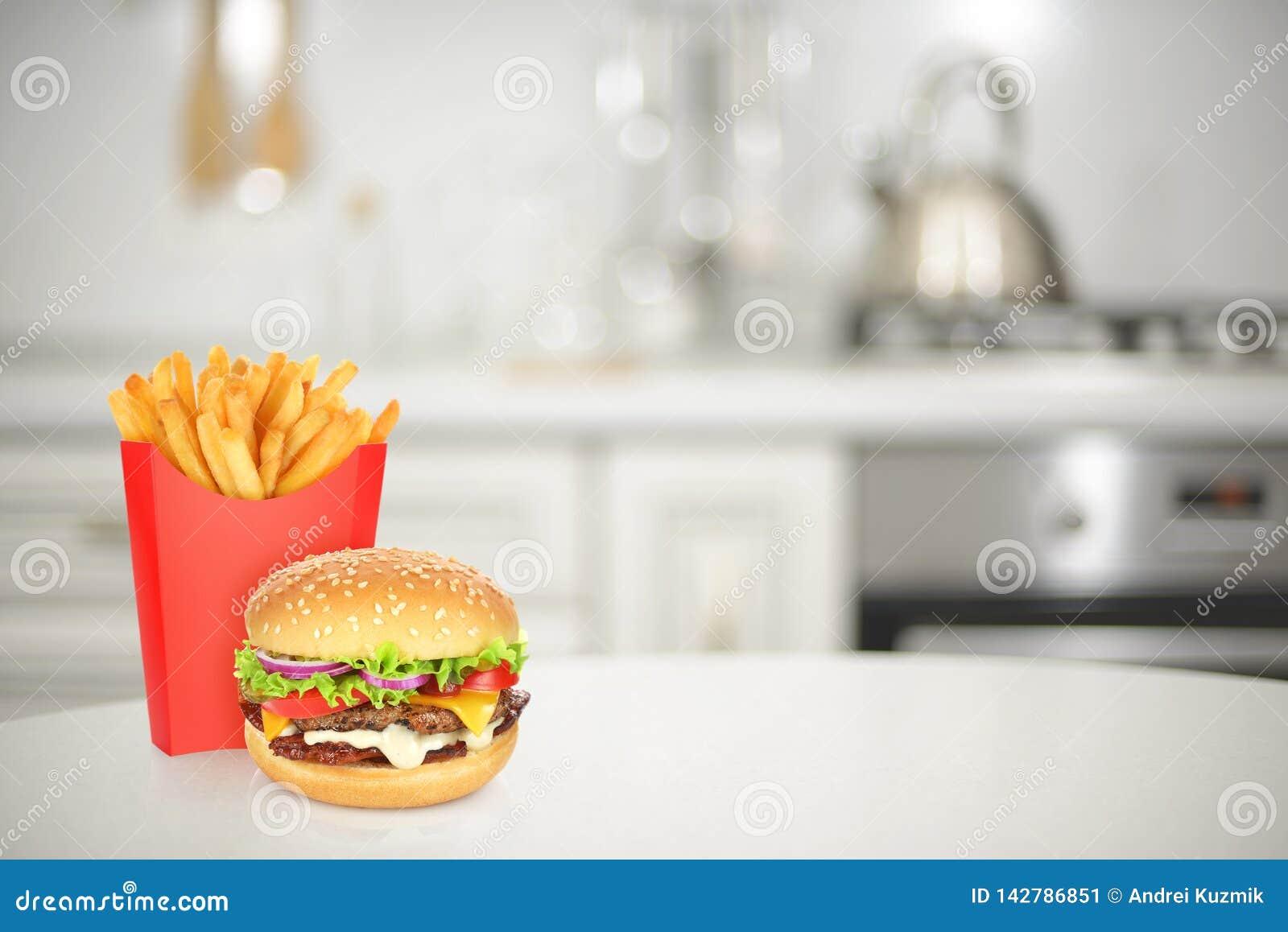 Cheeseburger Und Pommes Frites Auf Kche Stockbild   Bild von küche, kopfsalat 142786851