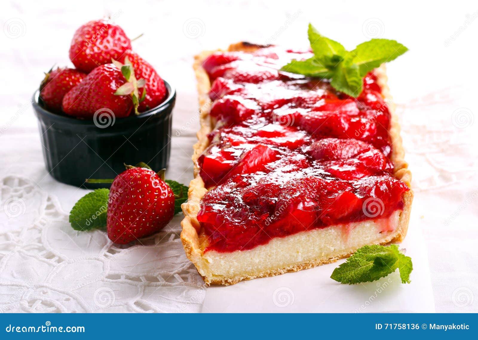 Cheesecake καλύμματος ζελατίνας φραουλών ξινό