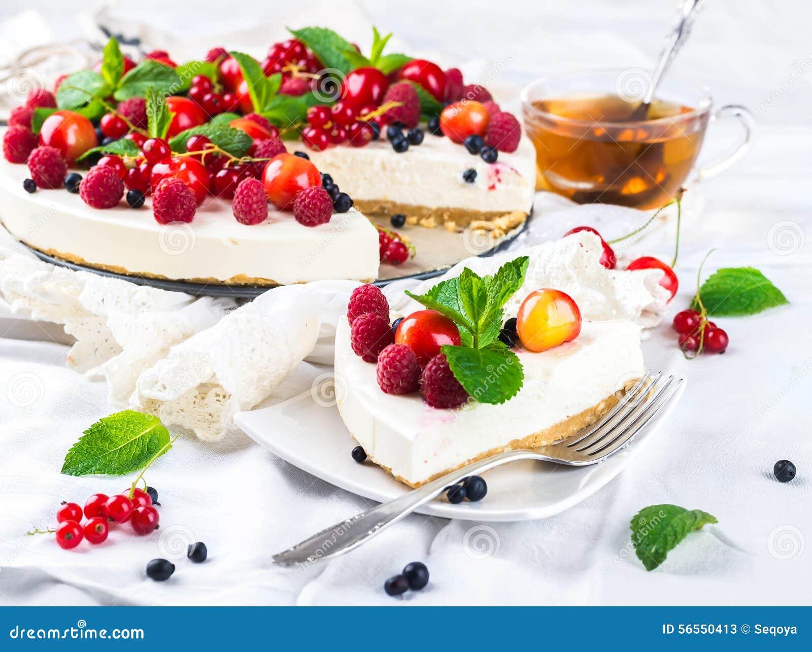 Download Cheesecake με τα μούρα και τη μέντα Στοκ Εικόνα - εικόνα από κόκκινος, τρόφιμα: 56550413