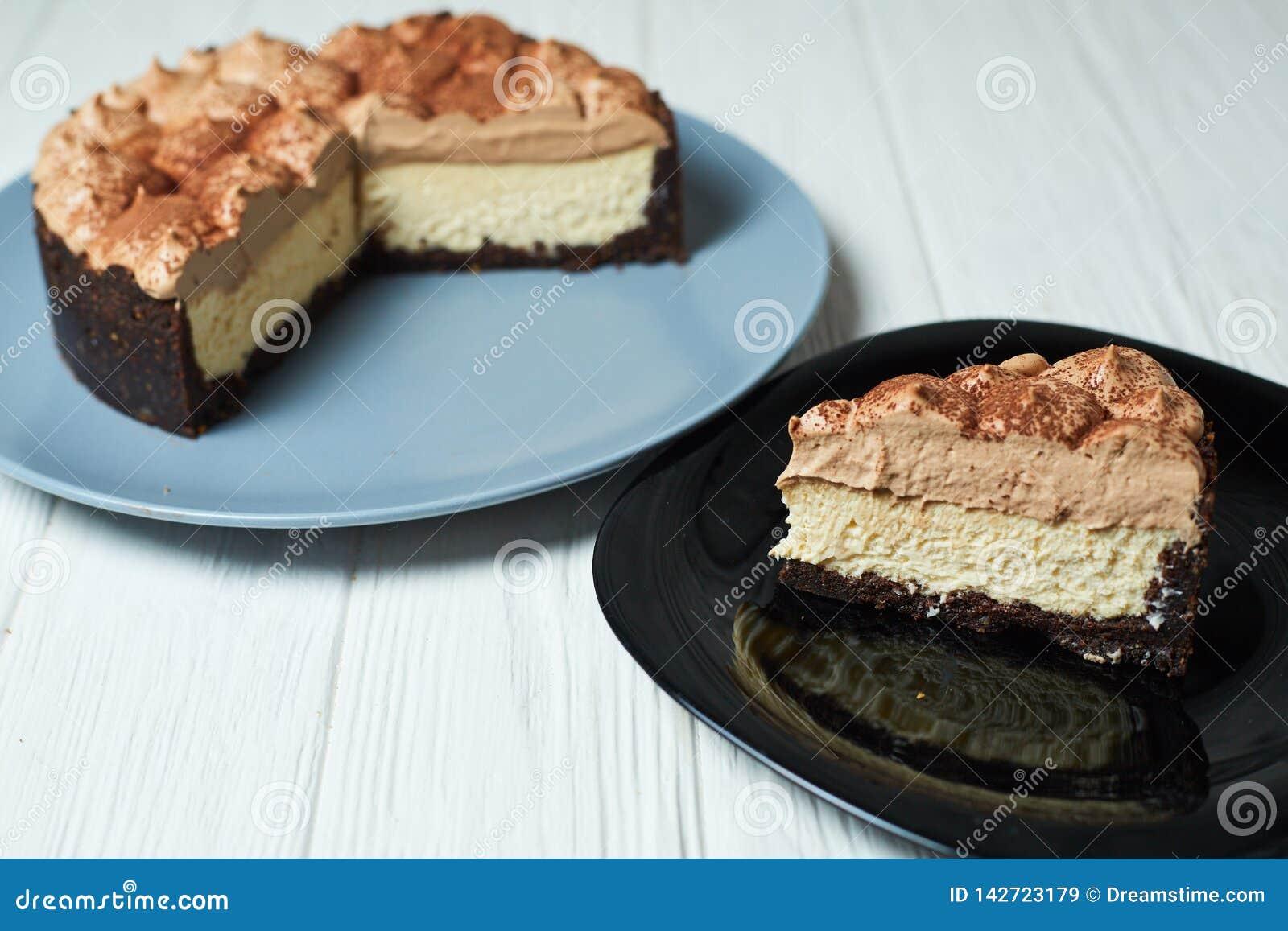 Cheesecake βανίλιας με την κρέμα και το κακάο σοκολάτας γάλακτος